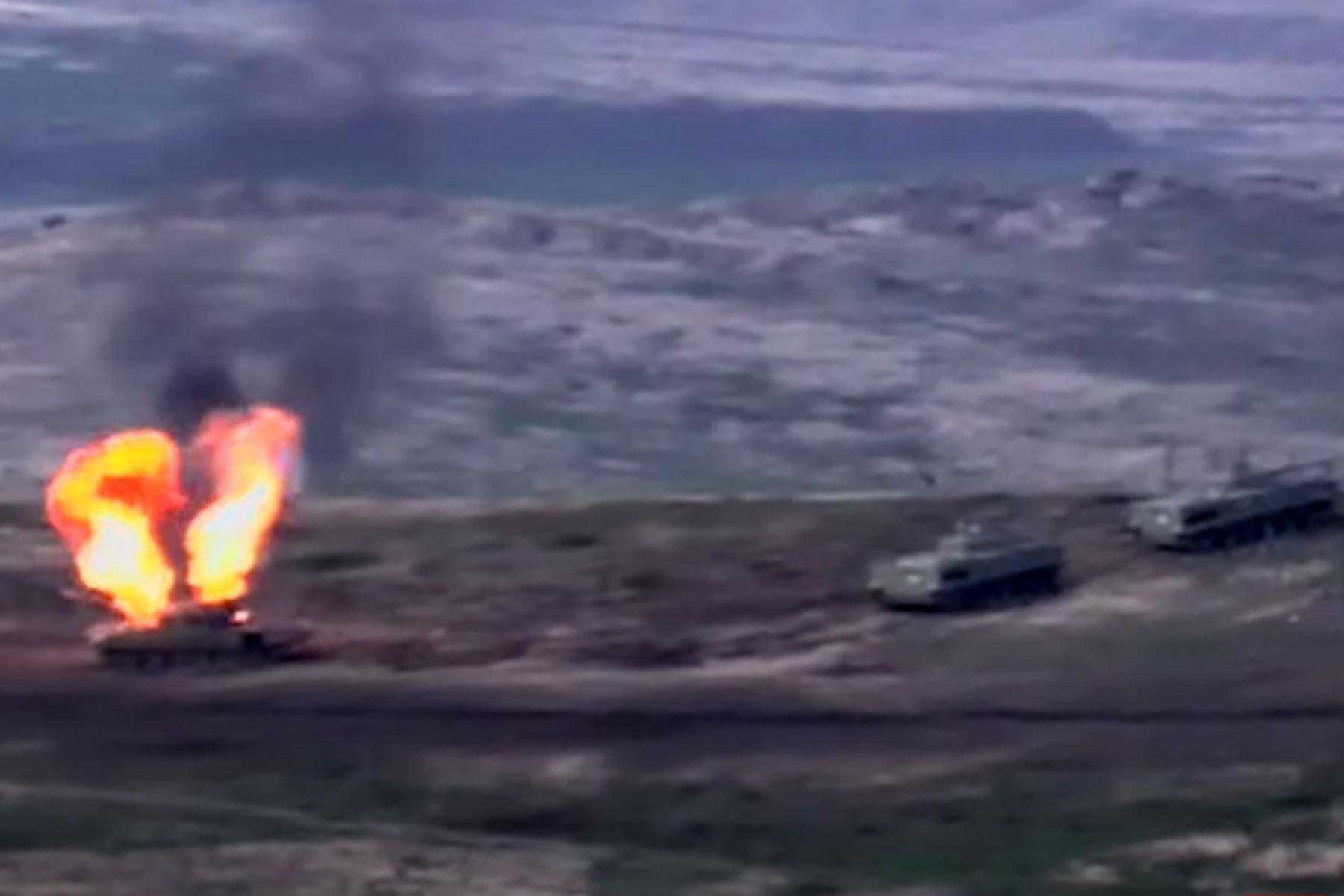 Una captura de imagen tomada de un video disponible en el sitio web oficial del Ministerio de Defensa armenio, muestra supuestamente la destrucción de vehículos militares azeríes durante los enfrentamientos entre separatistas armenios y Azerba. Foto: AFP