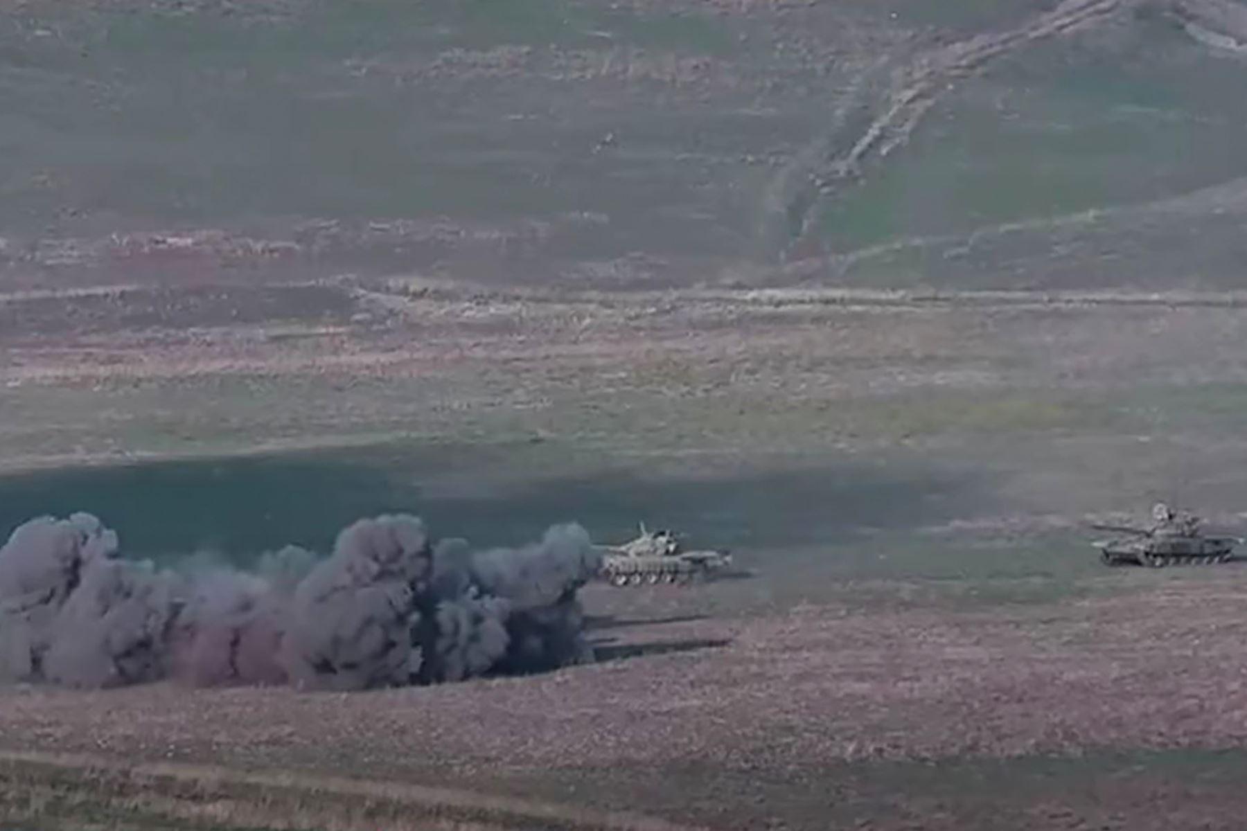 Una captura de imagen tomada de un video disponible en el sitio web oficial del Ministerio de Defensa de Armenia, supuestamente muestra la destrucción de tanques azeríes durante los enfrentamientos. Foto: AFP