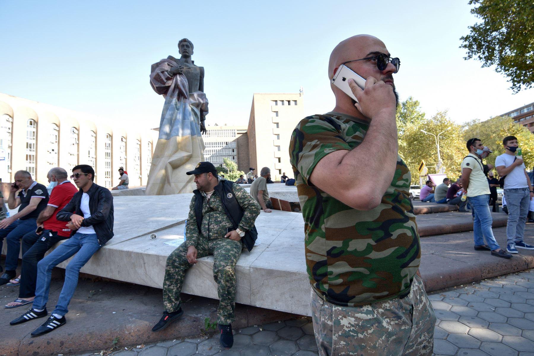 Voluntarios y veteranos, que están listos para ir a la línea del frente en Nagorno Karabaj, se reúnen en Ereván . Los archienemigos Armenia y Azerbaiyán  se acusaron mutuamente de iniciar los enfrentamientos mortales a lo largo de la disputada línea del frente de Nagrorny Karabaj. que han cobrado bajas militares y civiles en ambos lados. Foto: AFP