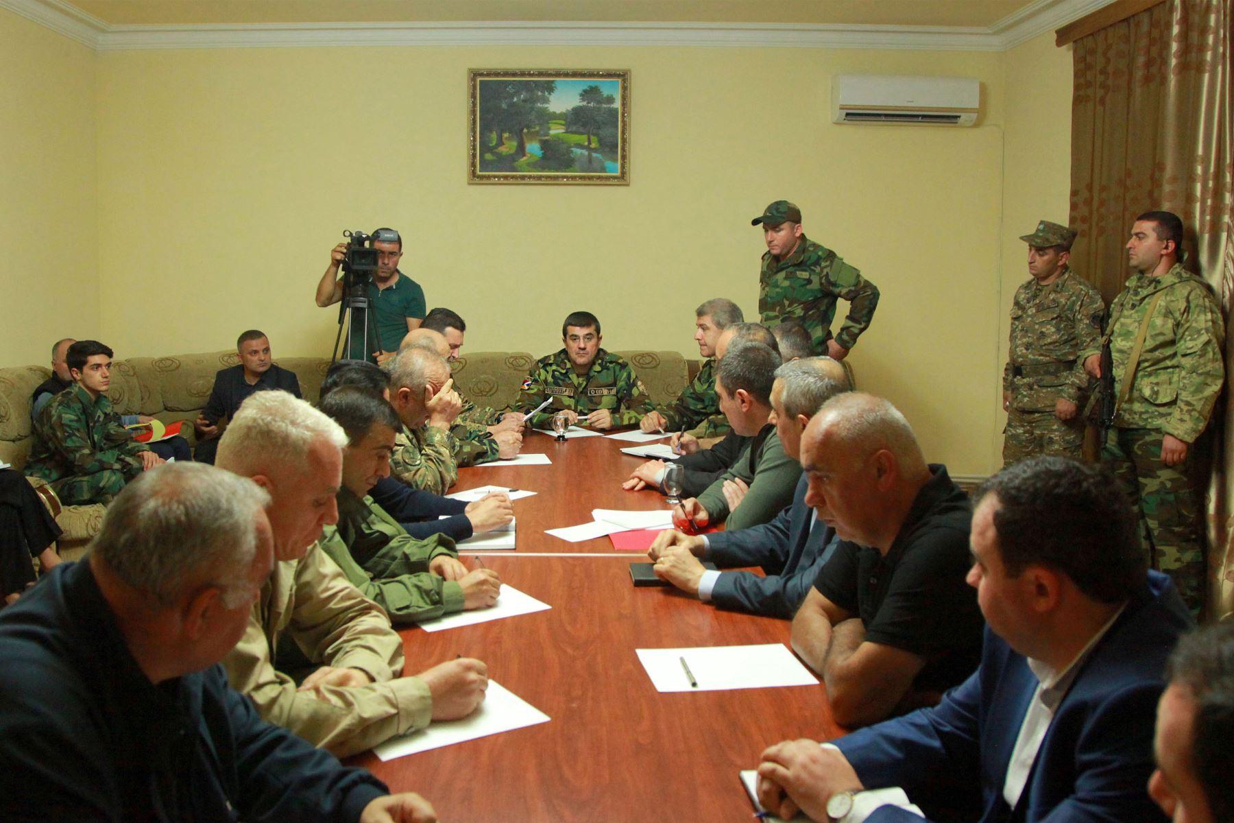 El líder de Karabaj, Arayik Harutyunyan, preside una reunión del Consejo de Seguridad en la ciudad principal de Nagorno-Karabaj, Stepanakert. Los enemigos armenios de Armenia y Azerbaiyán  se acusaron mutuamente. Foto: AFP