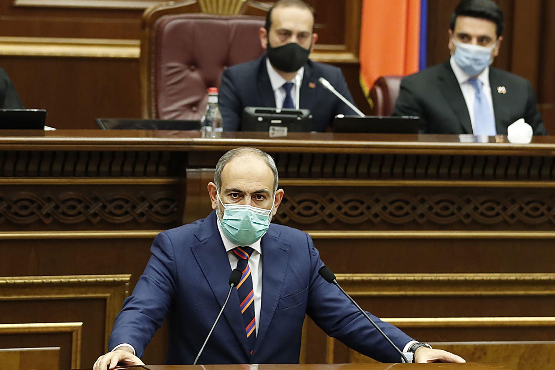 El primer ministro armenio, Nikol Pashinyan, pronuncia un discurso en el parlamento en Ereván . Los archienemigos Armenia y Azerbaiyán  se acusaron mutuamente de iniciar enfrentamientos mortales que se cobraron al menos 23 vidas durante una disputa territorial de décadas. Foto: AFP