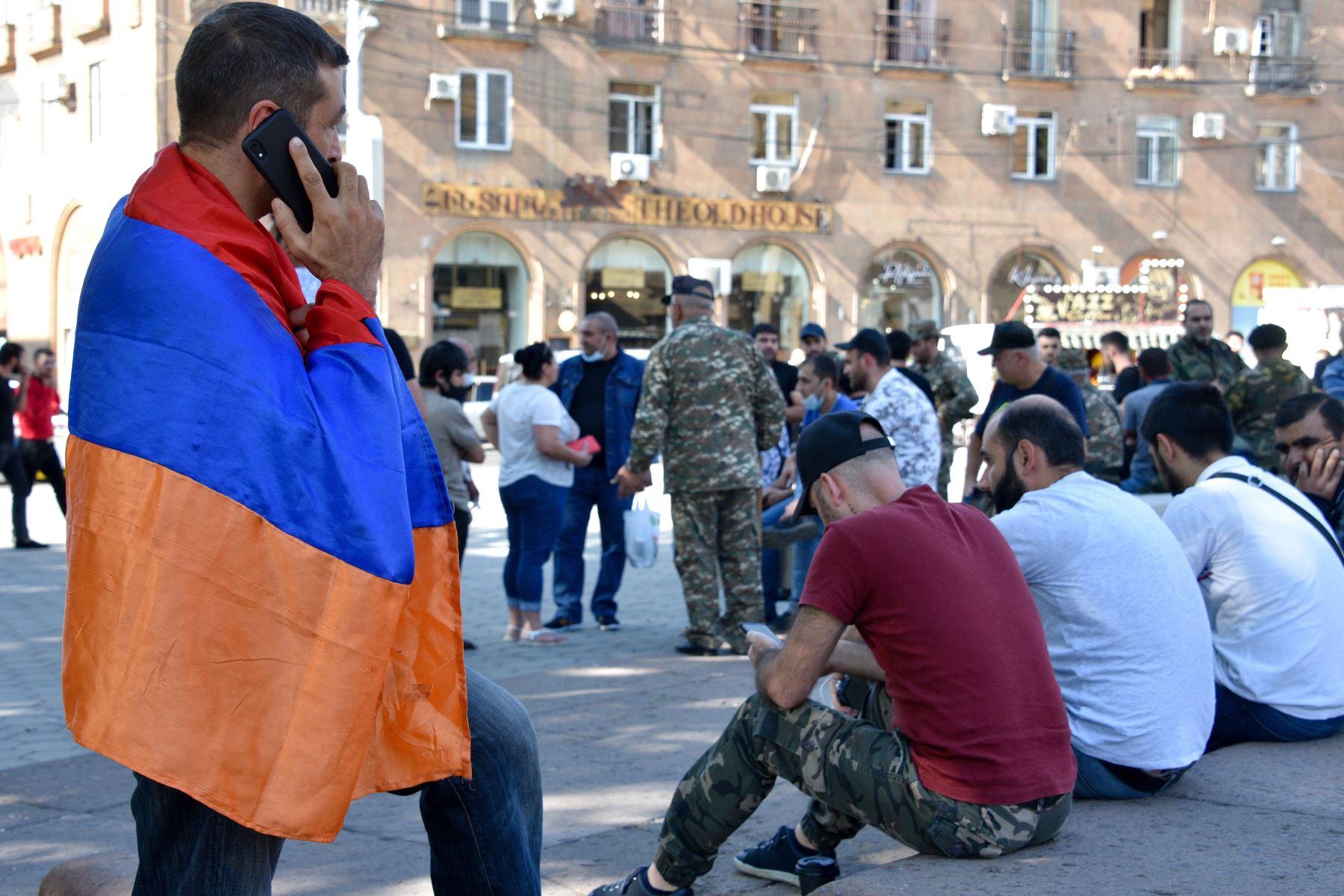 Voluntarios y veteranos, que están listos para ir a la línea del frente en Nagorno Karabaj, se reúnen en Ereván . Los archienemigos Armenia y Azerbaiyán se acusaron mutuamente de iniciar los enfrentamientos mortales. Foto: AFP