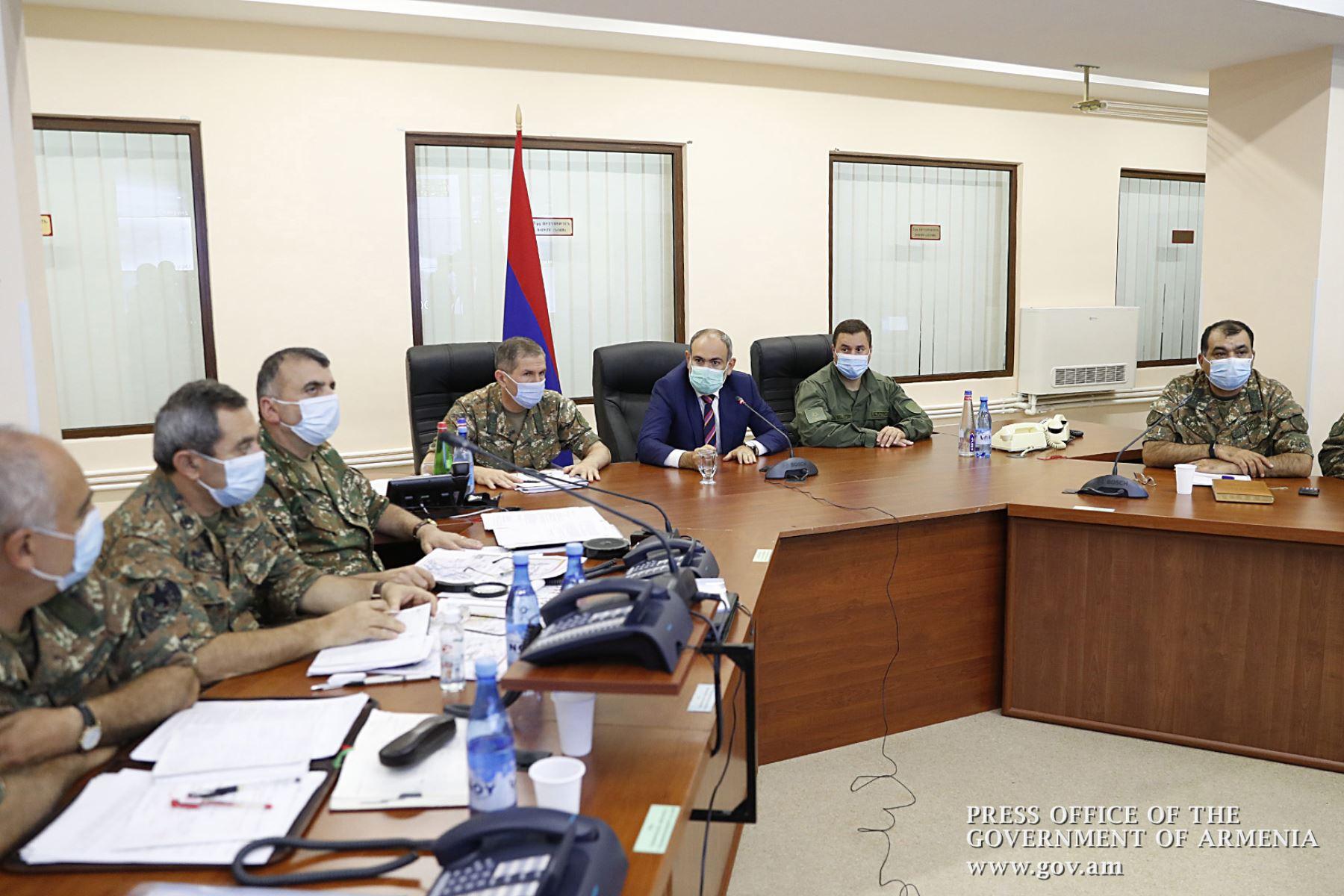 El primer ministro armenio, Nikol Pashinyan, se reúne con altos funcionarios militares en Ereván . Los archienemigos de Armenia y Azerbaiyán se acusaron mutuamente de iniciar enfrentamientos mortales que se cobraron al menos 23 vidas durante una disputa territorial de décadas. Foto: AFP