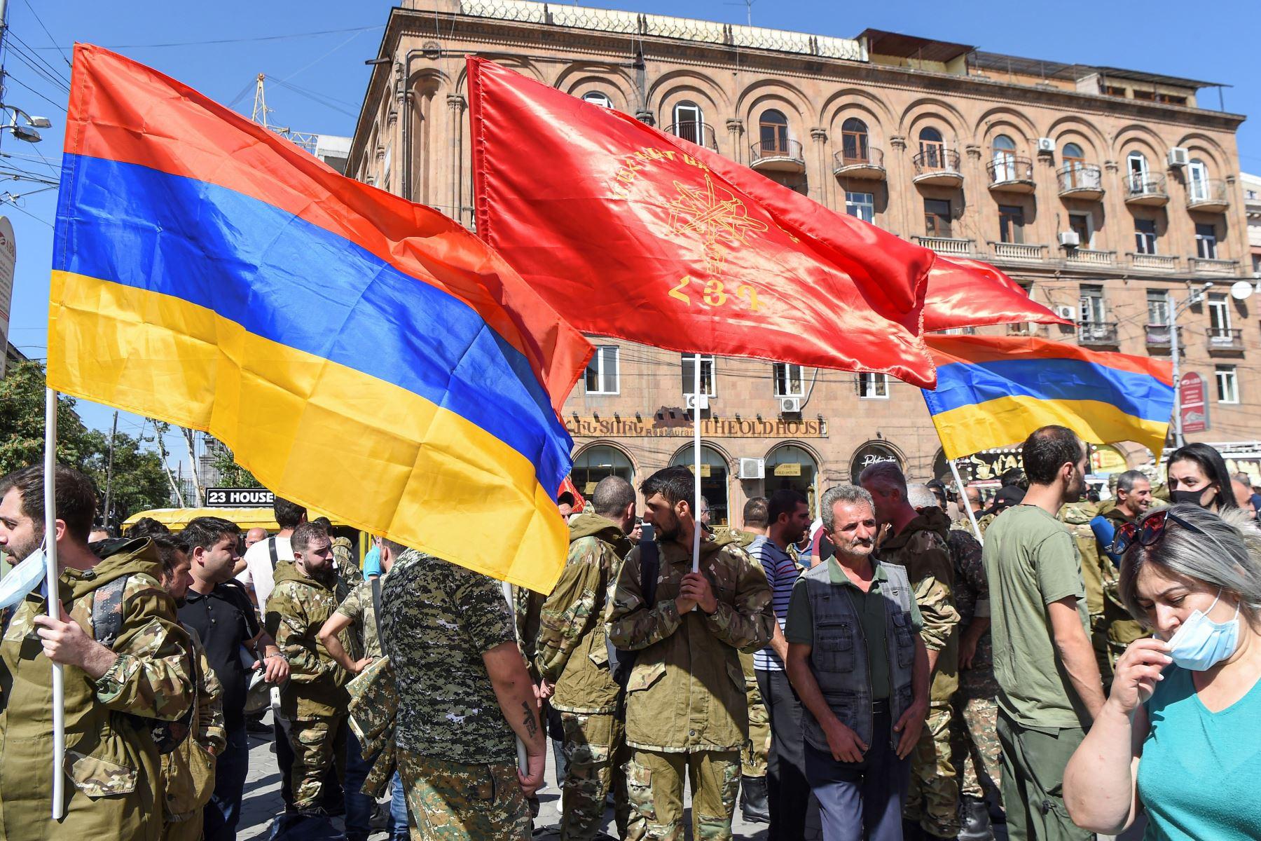 Voluntarios de la Federación Revolucionaria Armenia se reúnen para partir hacia Artsaj (región de Nagorny-Karabah), donde se ha declarado la ley marcial cerca de la estatua de Aram Manukyan en Ereván, Armenia. Foto: EFE