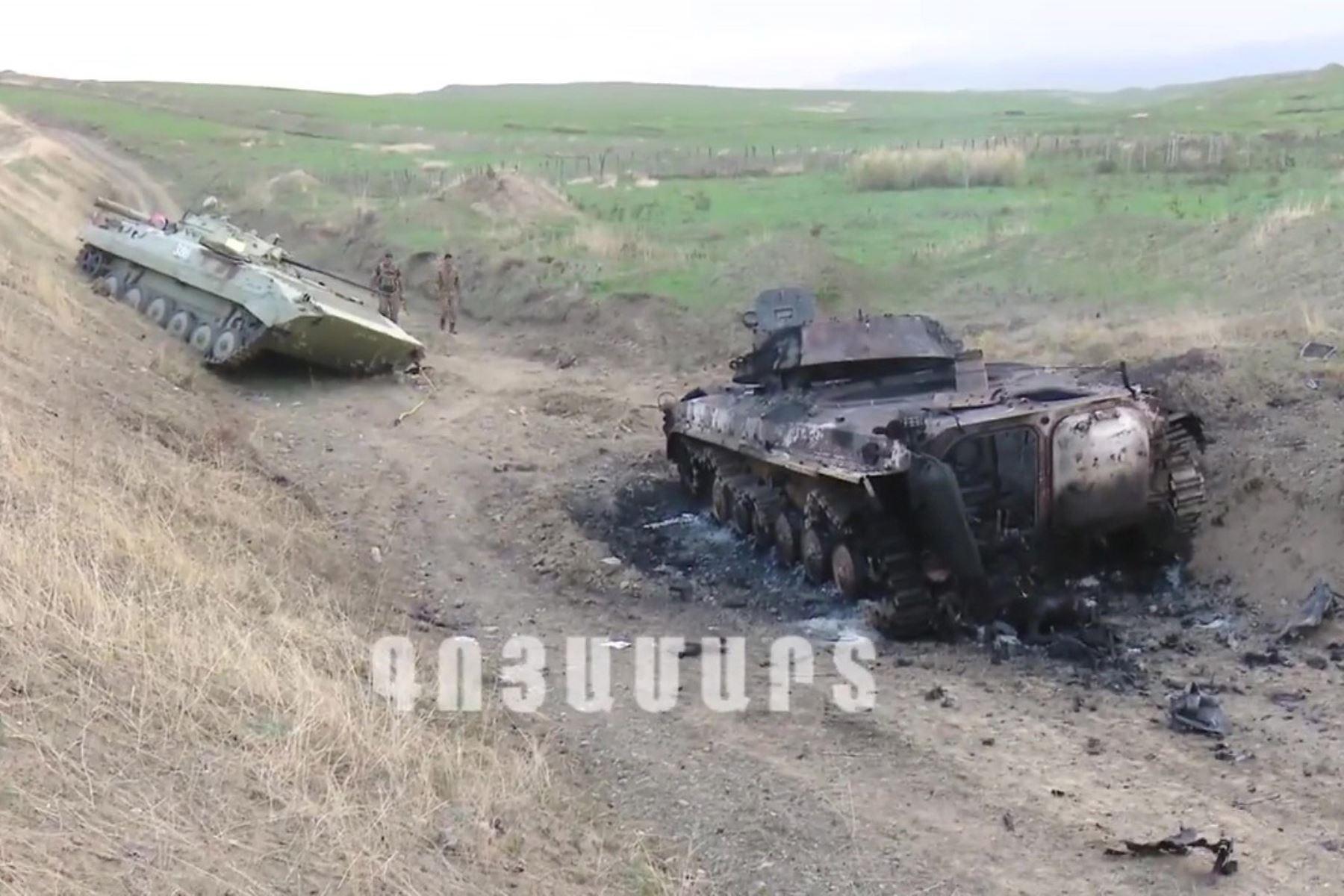 Una captura tomada de un video de un folleto publicado por el llamado Ejército de Defensa de Nagorno-Karabaj (NKR), o Ejército de Defensa de Artsaj, a través de Youtube, afirma mostrar tanques supuestamente destruidos en bombardeos. , artillería y ataques aéreos a lo largo del frente en la República de Nagorno-Karabaj, en la frontera de Armenia y Azerbaiyán. Foto: EFE