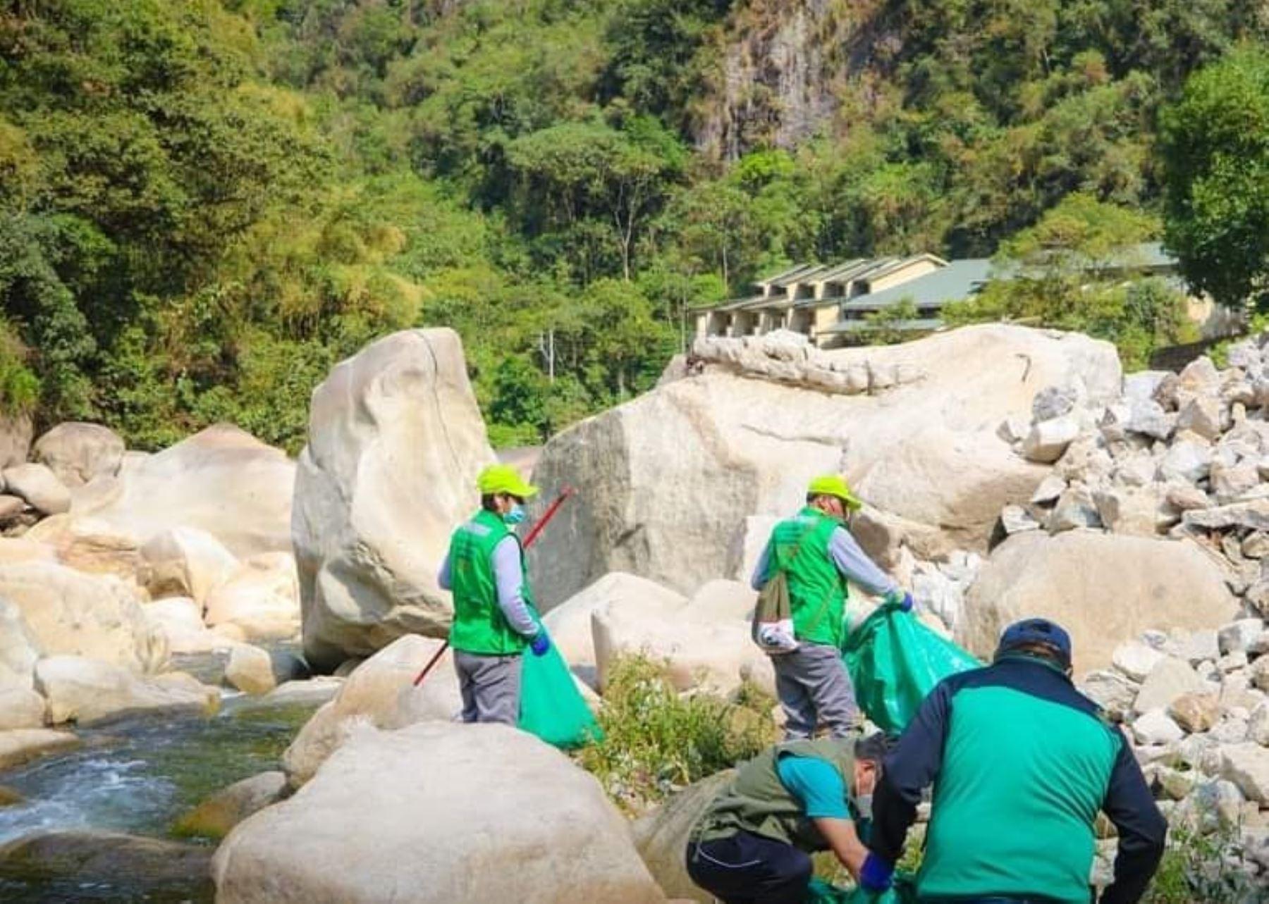 Brigadas de limpieza retiran cuatro toneladas de residuos sólidos de ríos que cruzan el distrito de Machu Picchu, región Cusco.