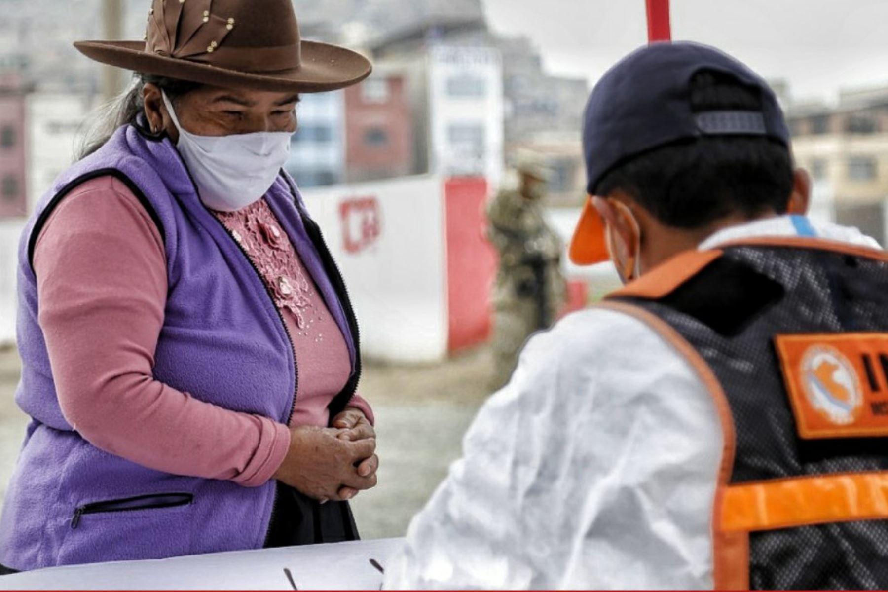 Indeci, PCM , Ejercito del Perú y Municipalidad del Rimac  entregan 3,464 kits de alimentos a familias con mayor vulnerabilidad ante la covid 19 de acuerdo al D.U. N° 068-2020,  la entrega se realizó en el Estadio Alejandro Villanueva en el Rímac Foto: Indeci