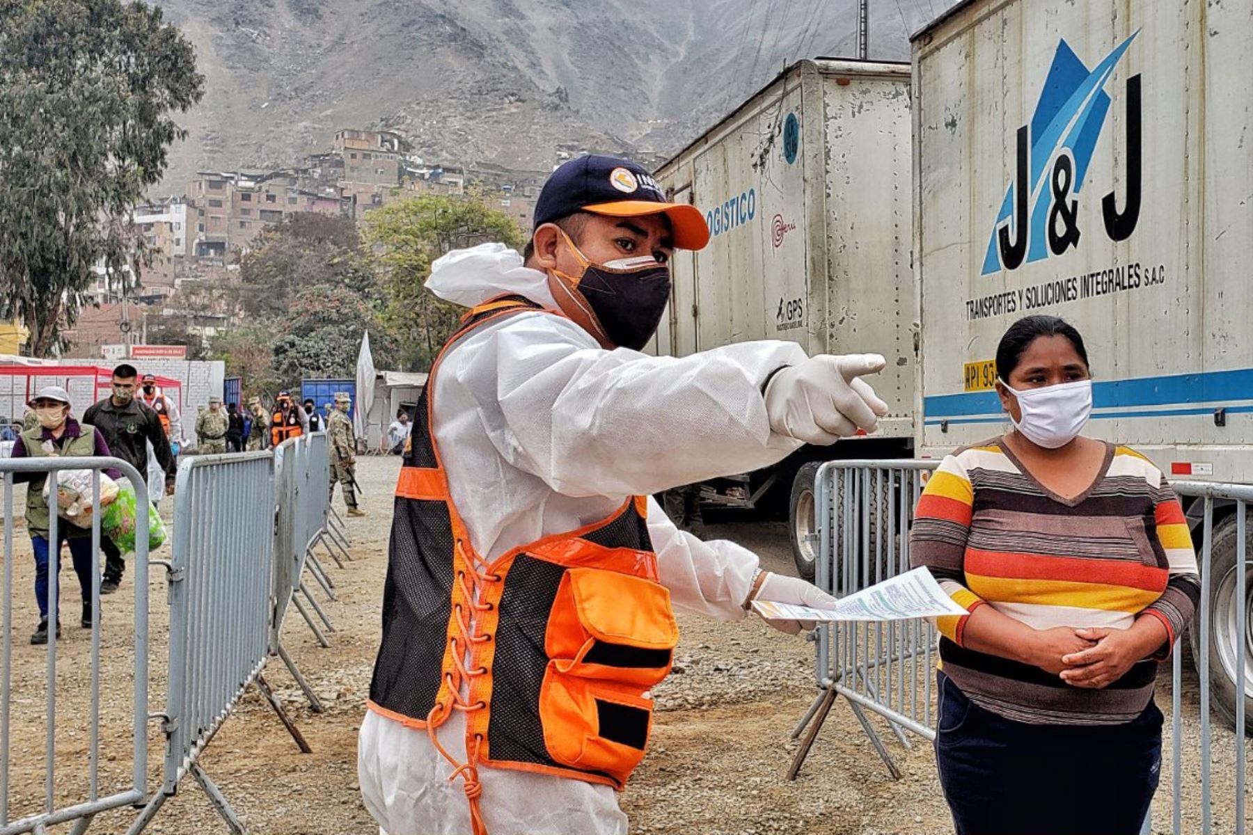Indeci , PCM , Ejercito del Perú y Municipalidad del Rimac  entregan 3,464 kits de alimentos a familias con mayor vulnerabilidad ante la covid 19 de acuerdo al D.U. N° 068-2020,  la entrega se realizó en el Estadio Alejandro Villanueva en el Rímac Foto: Indeci