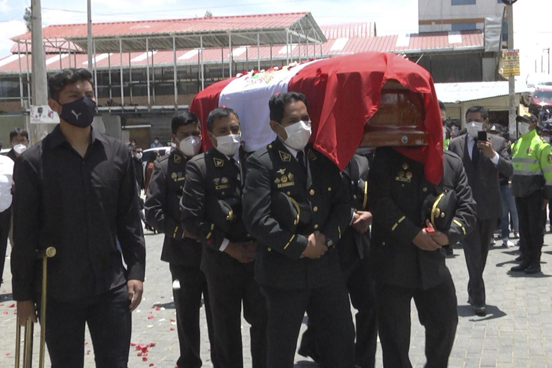 Rinden honores a policía muerto en una comisaría de Lima previo al entierro en un cementerio de Huancayo.