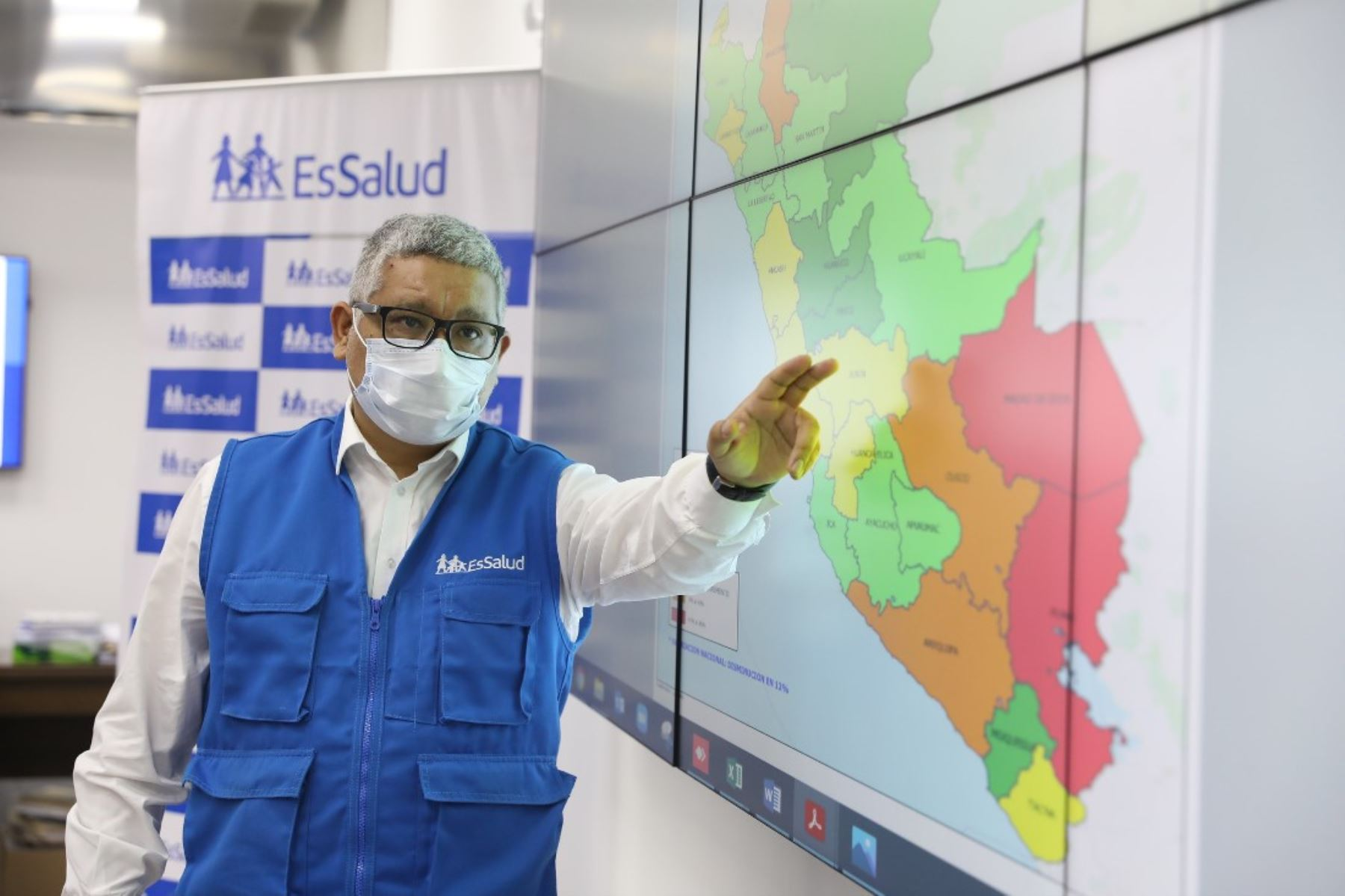 Dante Cersso, de EsSalud, señala que contagios semanales de covid-19 bajaron en más de 50 % en 15 distritos de Lima y Callao. Foto: ANDINA/difusión.