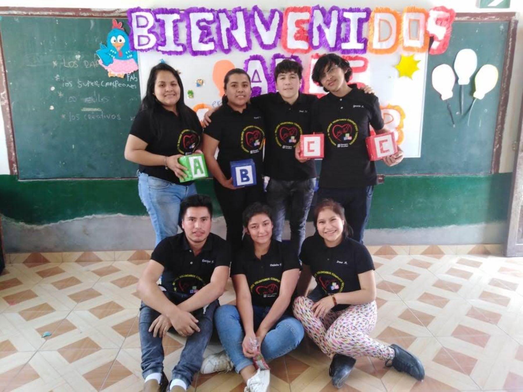 Becarios, liderados por José Valerio Malca, se unieron para dictar clases virtuales a escolares de zonas rurales. ANDINA/Difusión