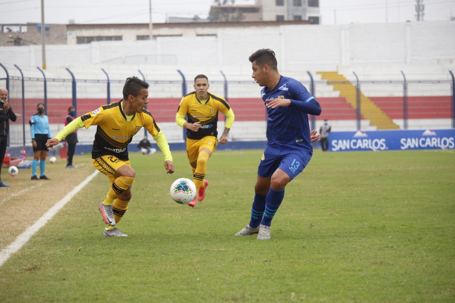 El futbolista J. Aguirre de Carlos Stein marca a su rival de Cantolao por la fecha 15 de la Liga 1, en el estadio Iván Elías Moreno. Foto: @LigaFutProf