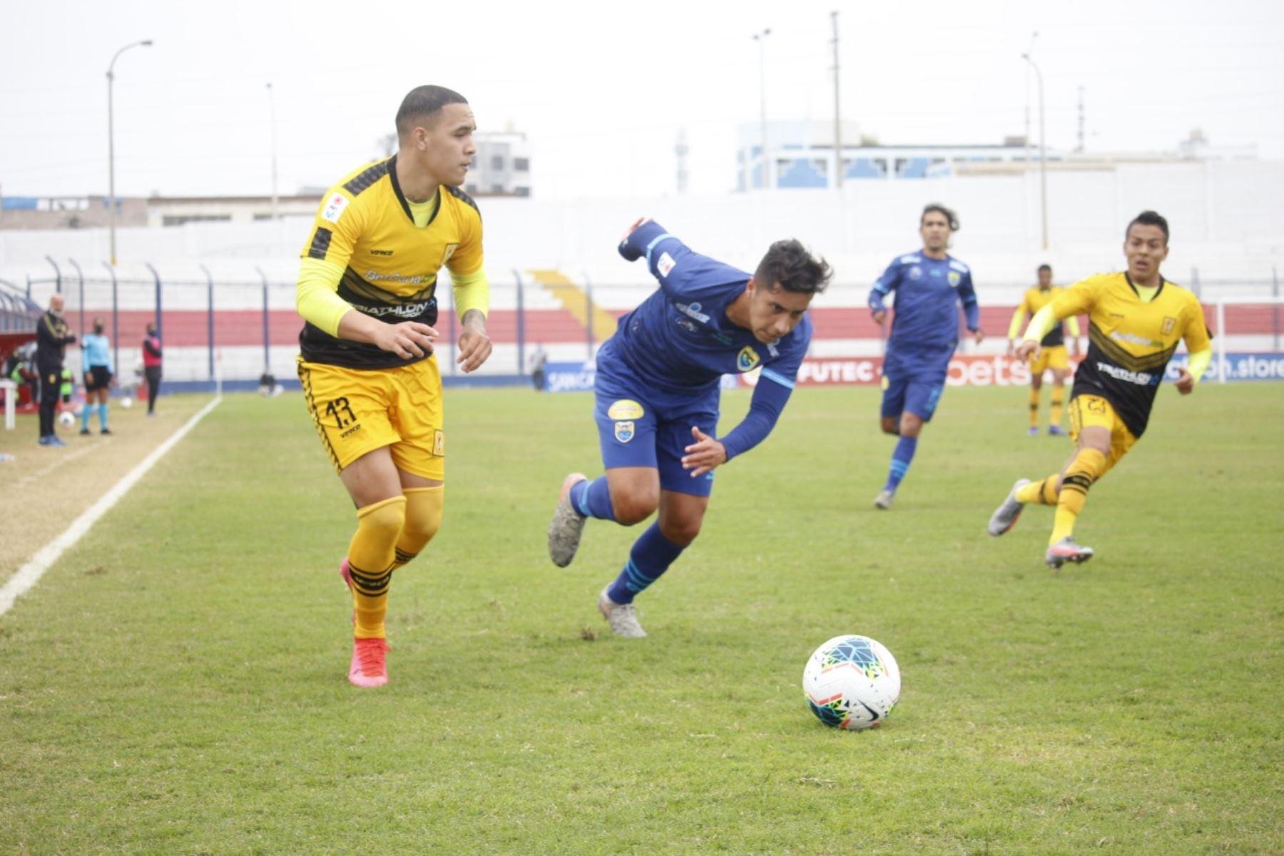 El futbolista C. Barco del Cantolao disputa el balón frente su rival de Carlos Stein por la fecha 15 de la Liga 1, en el estadio Iván Elías Moreno. Foto: @LigaFutProf