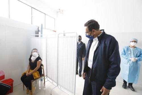 Presidente verifica ensayos clínicos de laboratorio de China en San Marcos