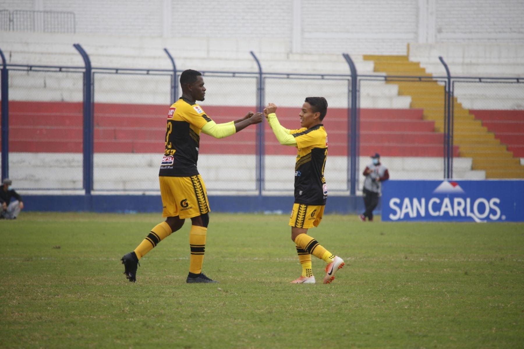 El futbolista J. Quintero del Cantolao celebra junto a su compañero tras marcar el 1 a 0 ante Carlos Stein por la fecha 15 de la Liga 1, en el estadio Iván Elías Moreno. Foto: @LigaFutProf
