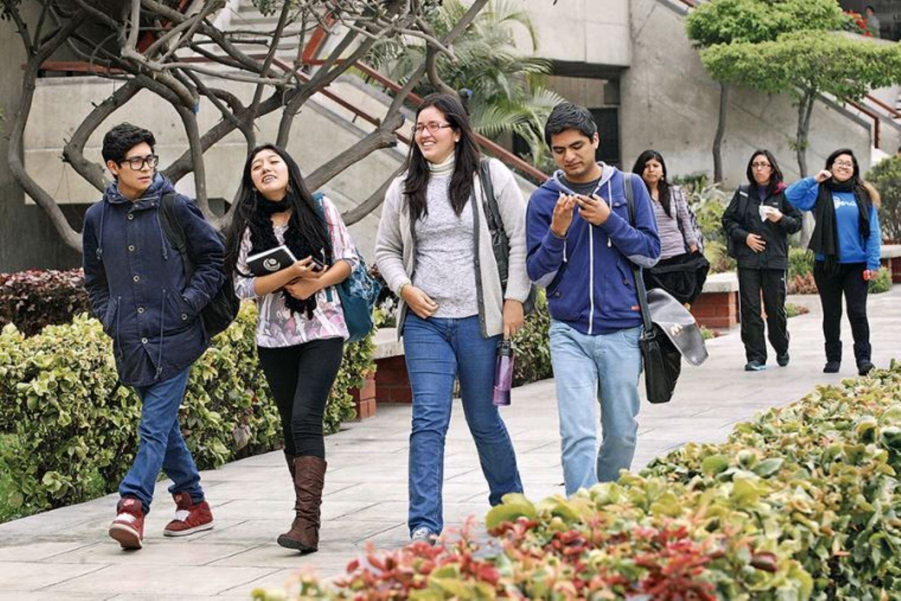Minedu amplió a 24,000 las becas y entregó 90,000 chips, que llegarán a 240,000 para estudiantes vulnerables. Foto: El Peruano