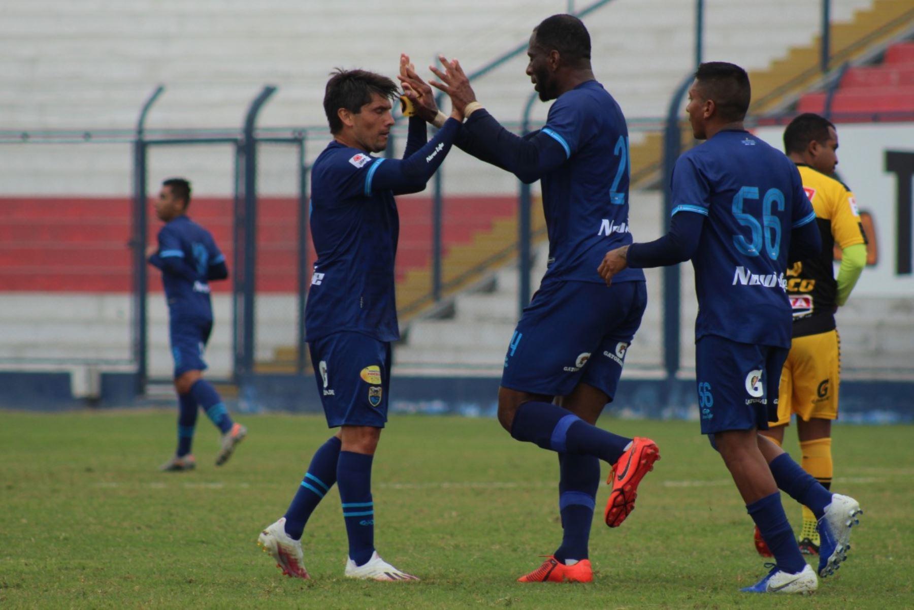 El futbolista Janeiler Rivas de Carlos Stein celebra junto a su compañero tras anotar el empate ante Cantolao por la fecha 15 de la Liga 1, en el estadio Iván Elías Moreno. @LigaFutProf