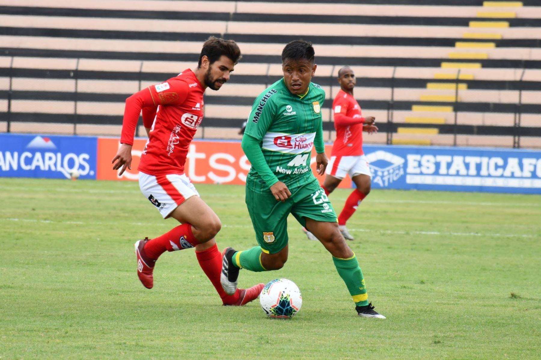 El futbolista V. Peña de Sport Huancayo se enfrenta a su rival de Cienciano por la jornada 15 de la Liga 1, en el estadio Miguel Grau del Callao. Foto: @LigaFutProf
