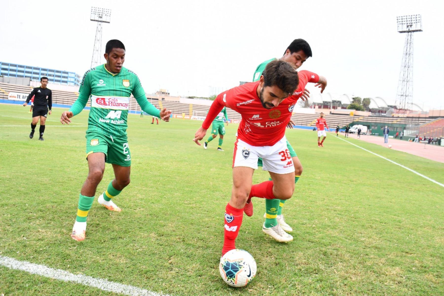 El futbolista P. Larrauri del Cienciano protege el balón ante marca de su rival de Sport Huancayo por la jornada 15 de la Liga 1, en el estadio Miguel Grau del Callao. Foto: @LigaFutProf
