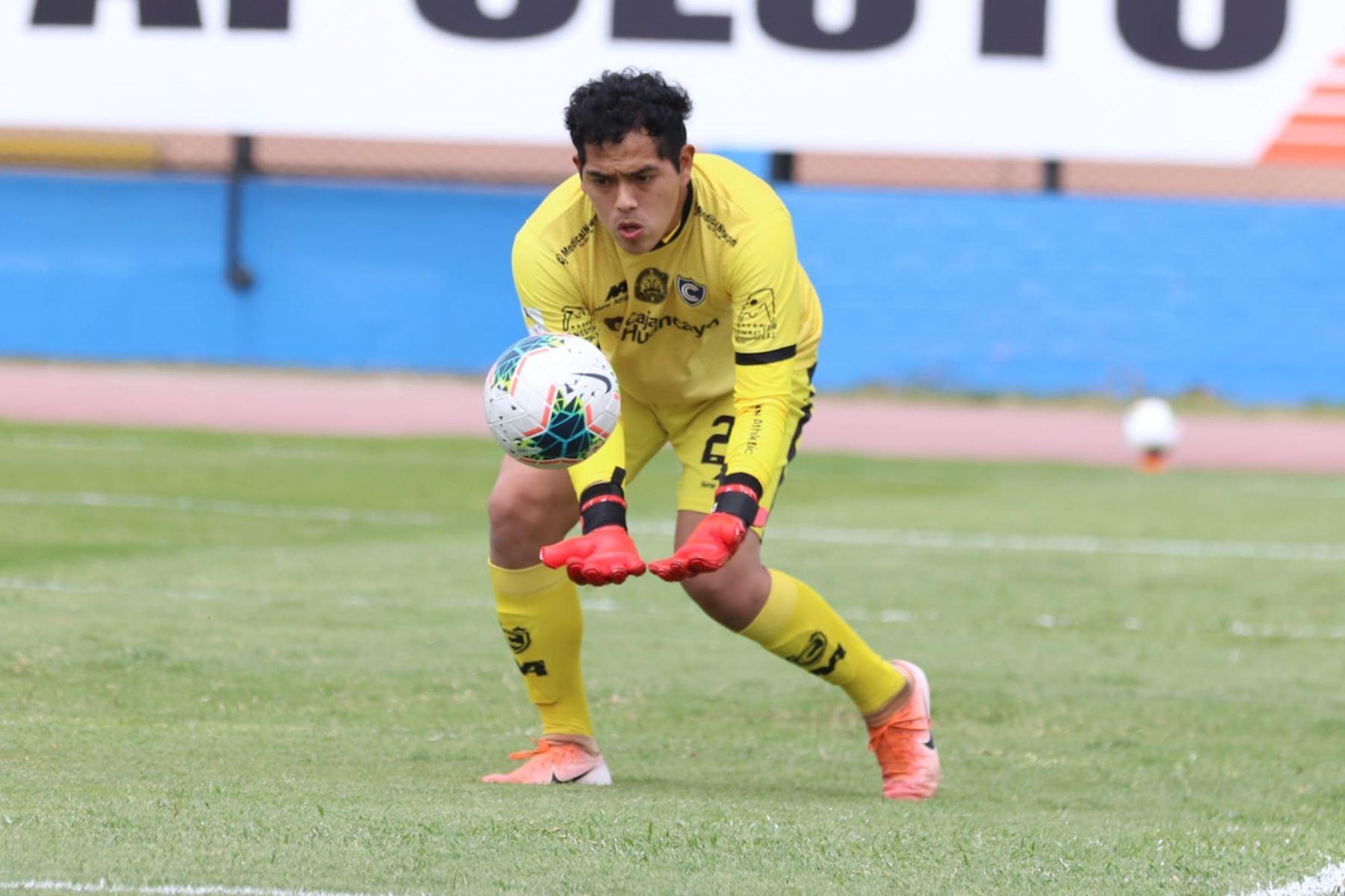 El portero J. Barbieri del Cienciano atrapa el balón durante partido frente a Sport Huancayo por la jornada 15 de la Liga 1, en el estadio Miguel Grau del Callao. Foto: @LigaFutProf