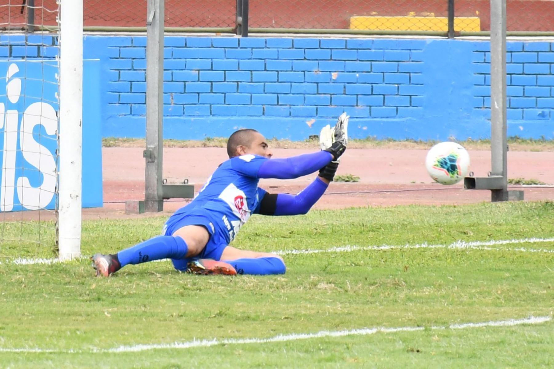 El portero J. Pinto de Sport Huancayo atrapa el balón durante partido frente a Cienciano por la jornada 15 de la Liga 1, en el estadio Miguel Grau del Callao. Foto: @LigaFutProf