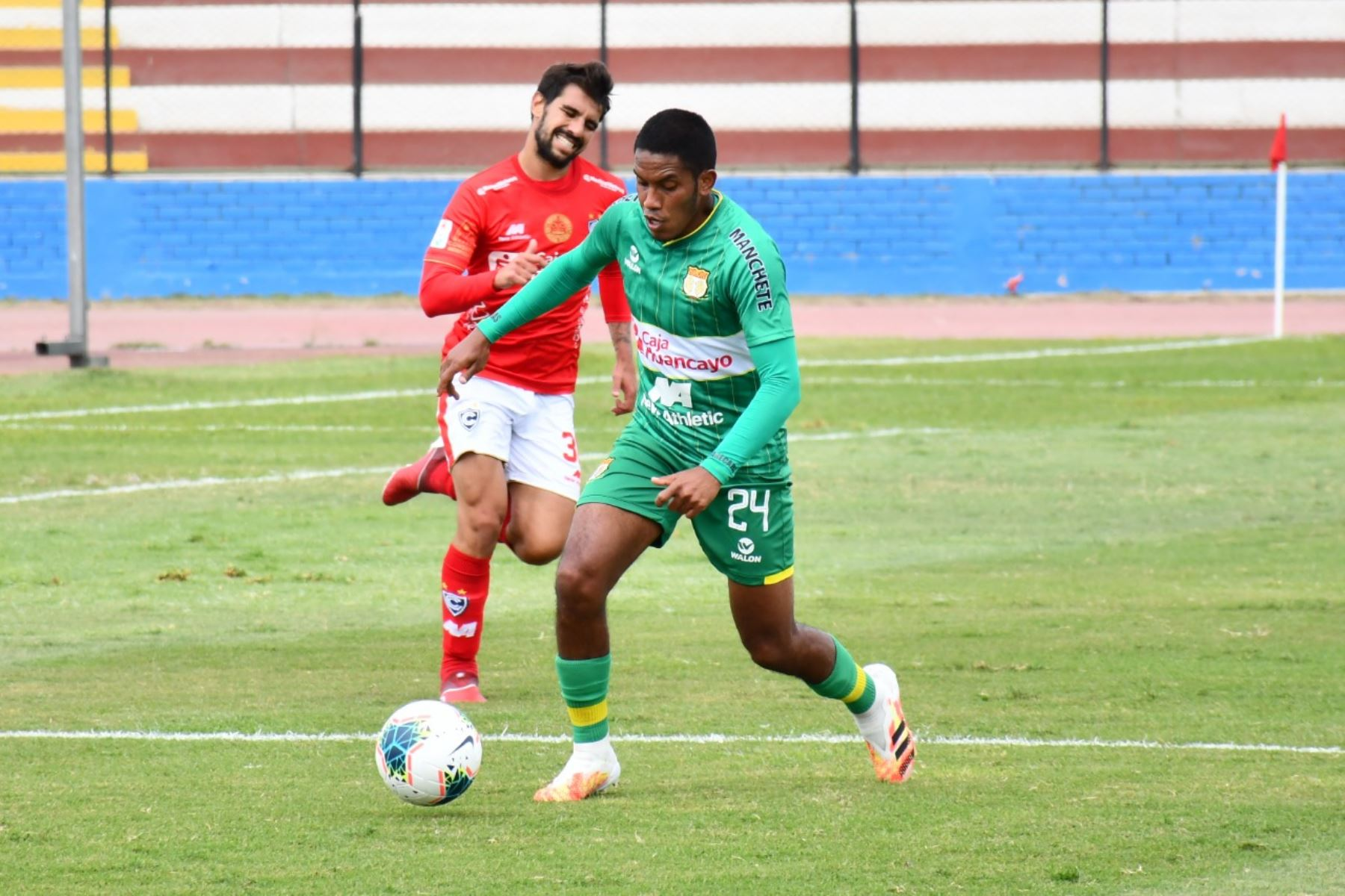 El futbolista V. Peña de Sport Huancayo se enfrenta por el balón ante su rival de Cienciano por la jornada 15 de la Liga 1, en el estadio Miguel Grau del Callao. Foto: @LigaFutProf