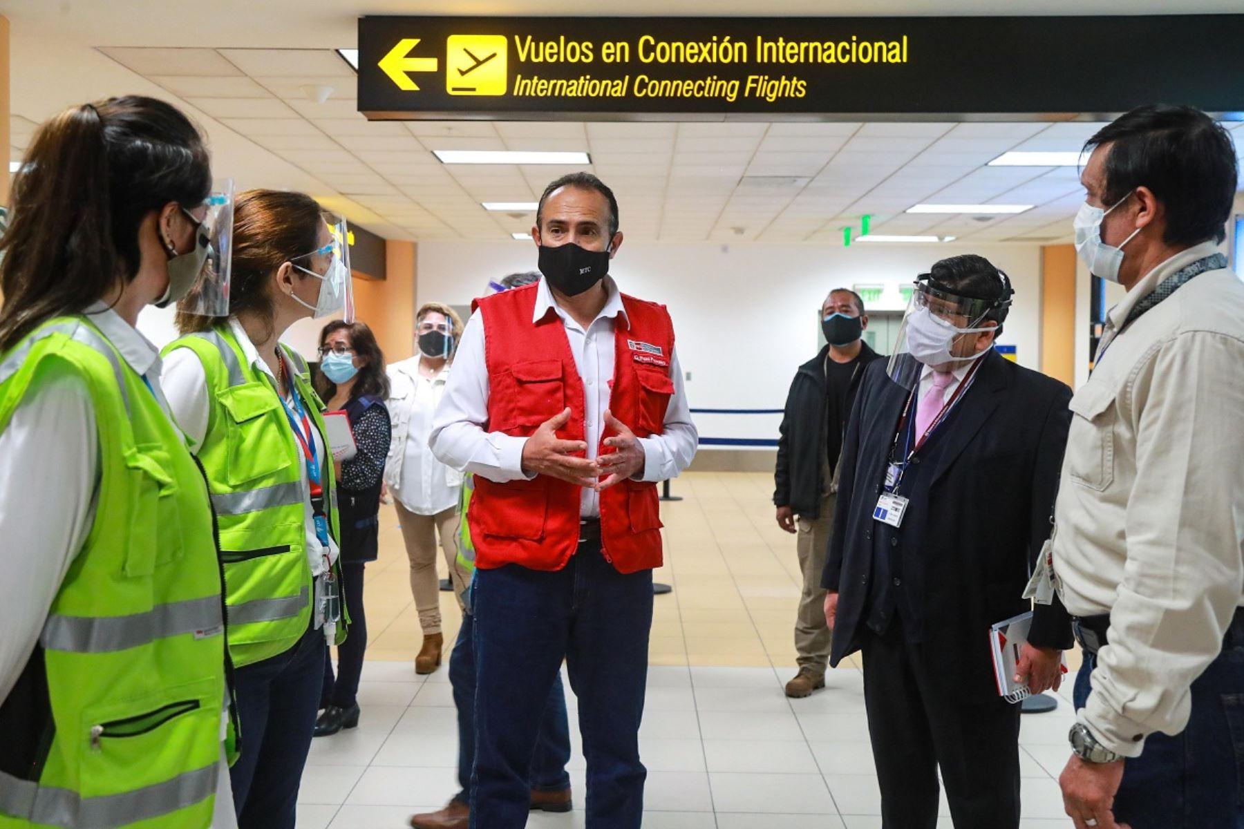 Ministro de Transportes y Comunicaciones, Carlos Estremadoyro (al centro) supervisa medidas sanitarias en el aeropuerto internacional Jorge Chávez.  Foto: Cortesía.