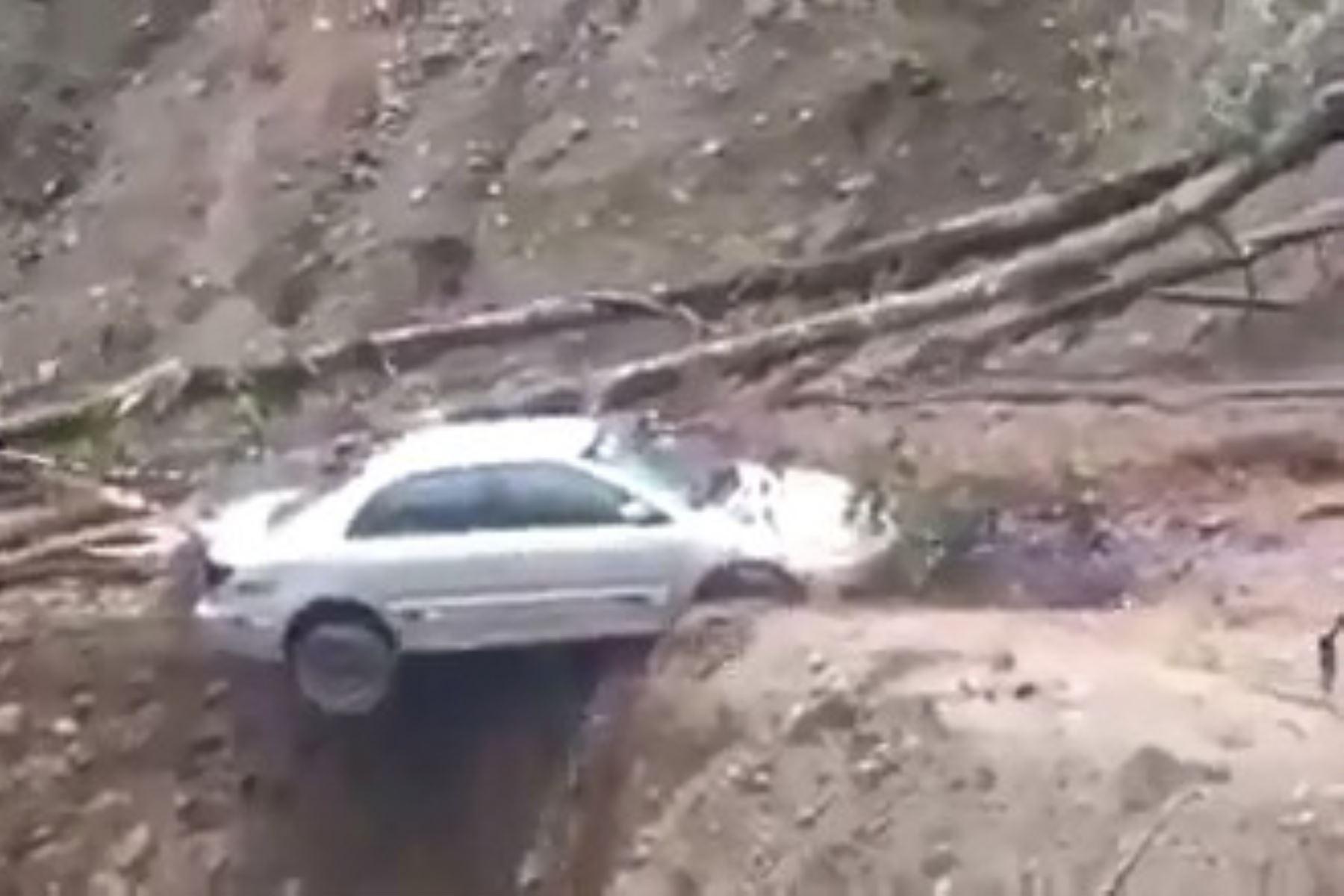 Automóvil es arrastrado tras quedar varado por deslizamiento en Oxapampa | Noticias
