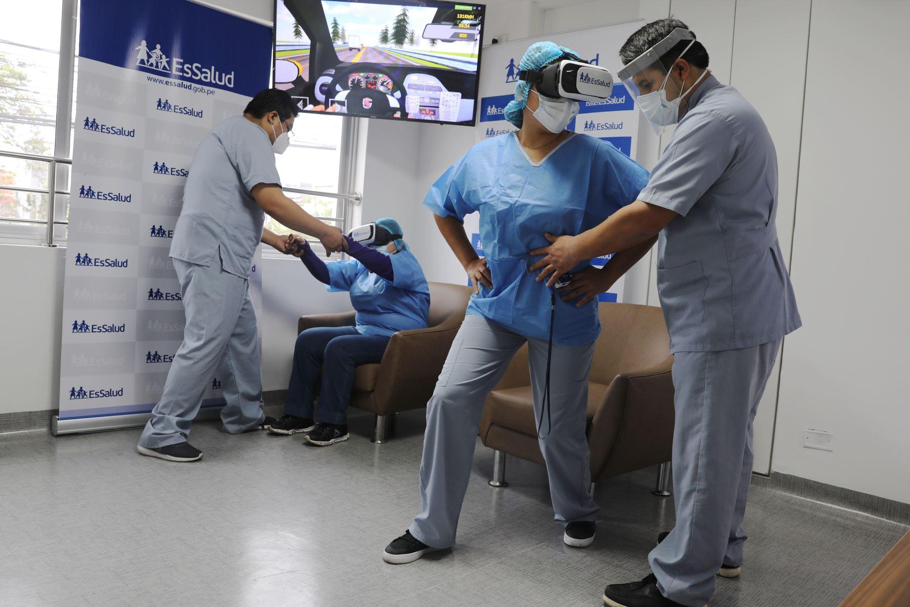 El Seguro Social de Salud (EsSalud) está utilizando la realidad virtual para el tratamiento de pacientes hospitalizados con Covid-19, el cual permite contribuir en la recuperación y su posterior alta hospitalaria. Foto:ANDINA/Juan Carlos Dominguez/EsSalud