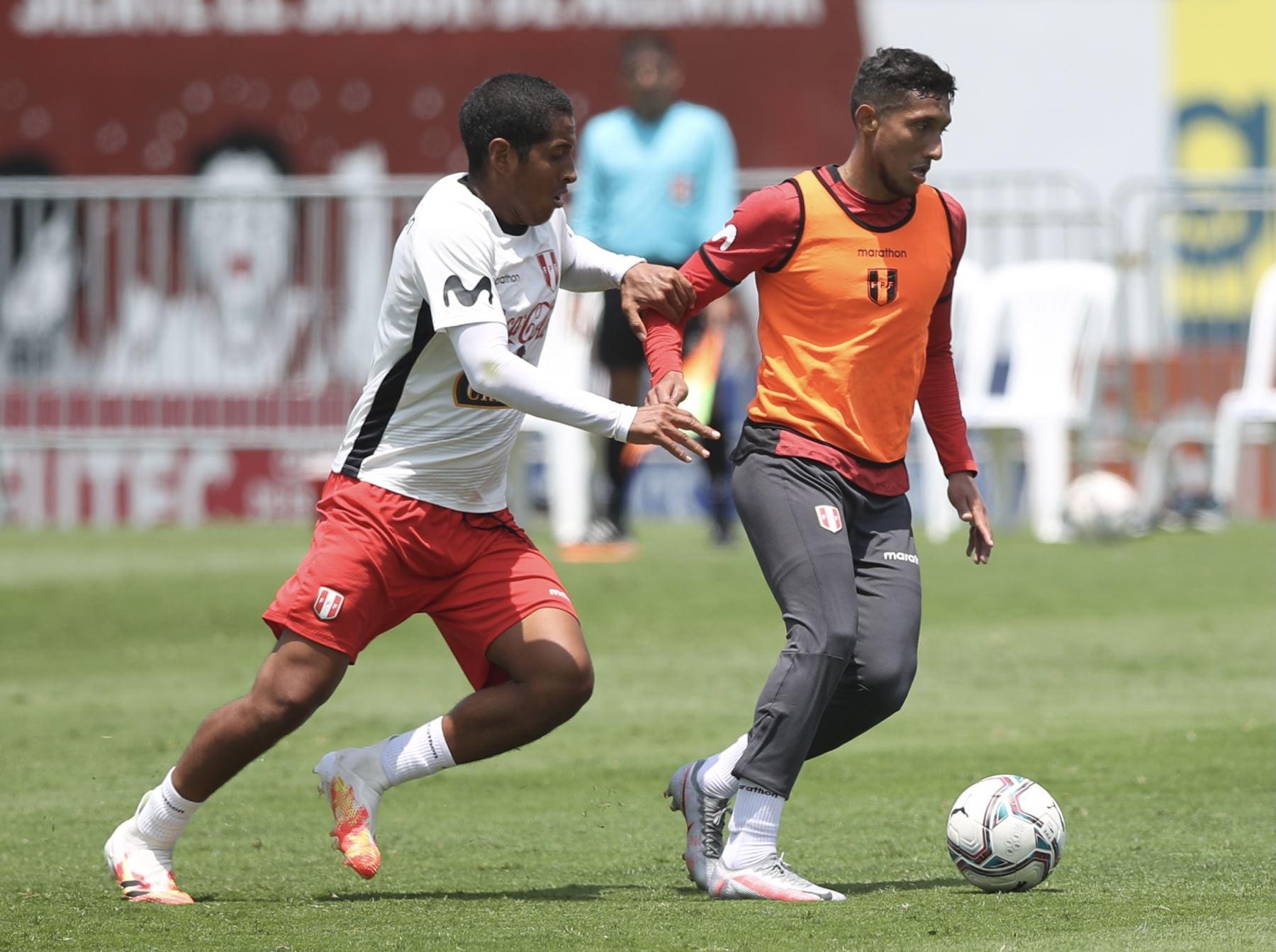 El futbolista Christofer Gonzales de la Selección peruana completó sus entrenamientos por tercer día consecutivo en el Complejo Deportivo Videna FPF, con miras a su debut en las Clasificatorias a Qatar 2022. Foto: @SeleccionPeru