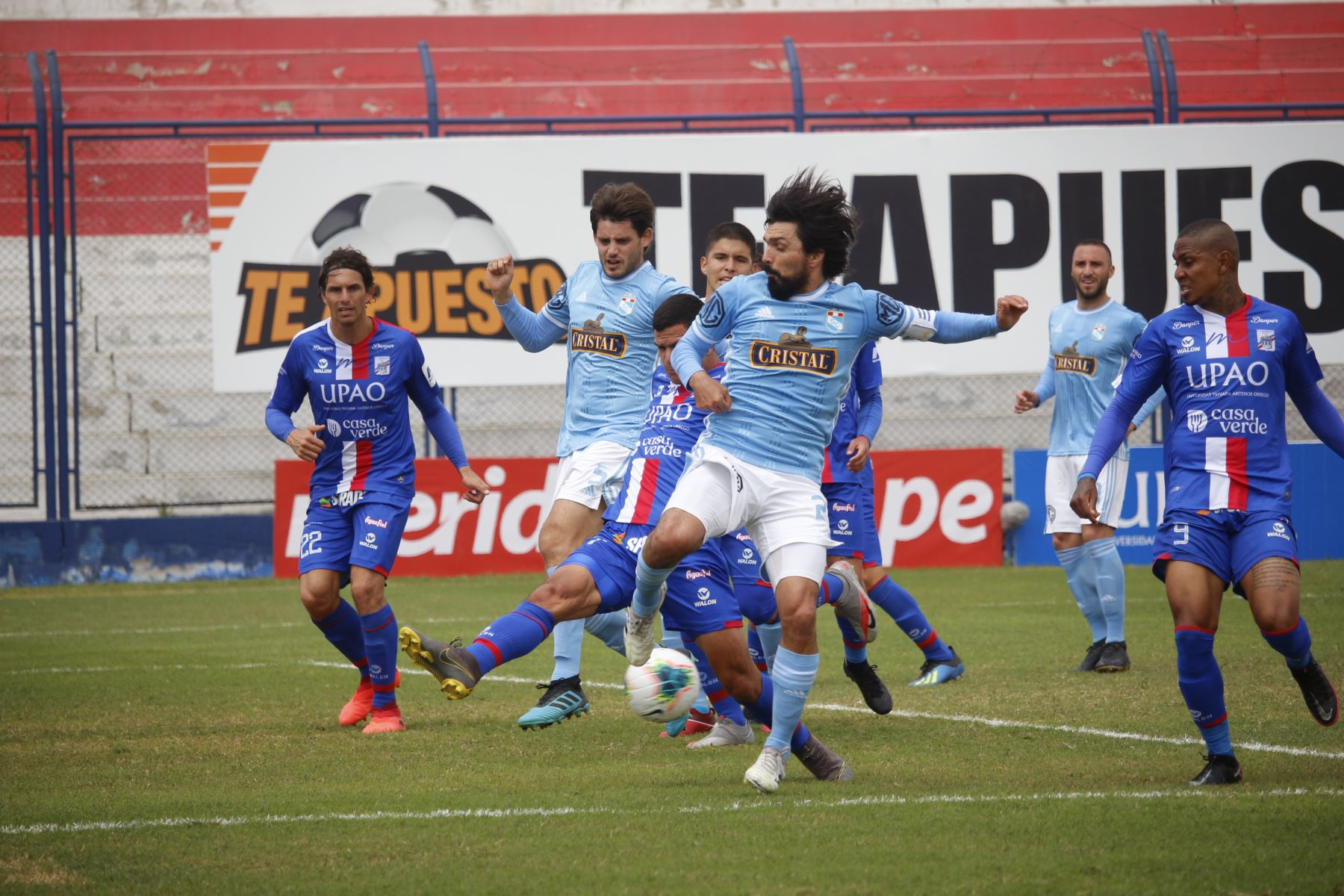 El futbolista Jorge Cazulo de Sporting Cristal  intenta marcar hacia la portería de Carlos Manucci por la fecha 15 de la Liga 1, en el estadio Iván Elías Moreno. Foto: @LigaFutProf