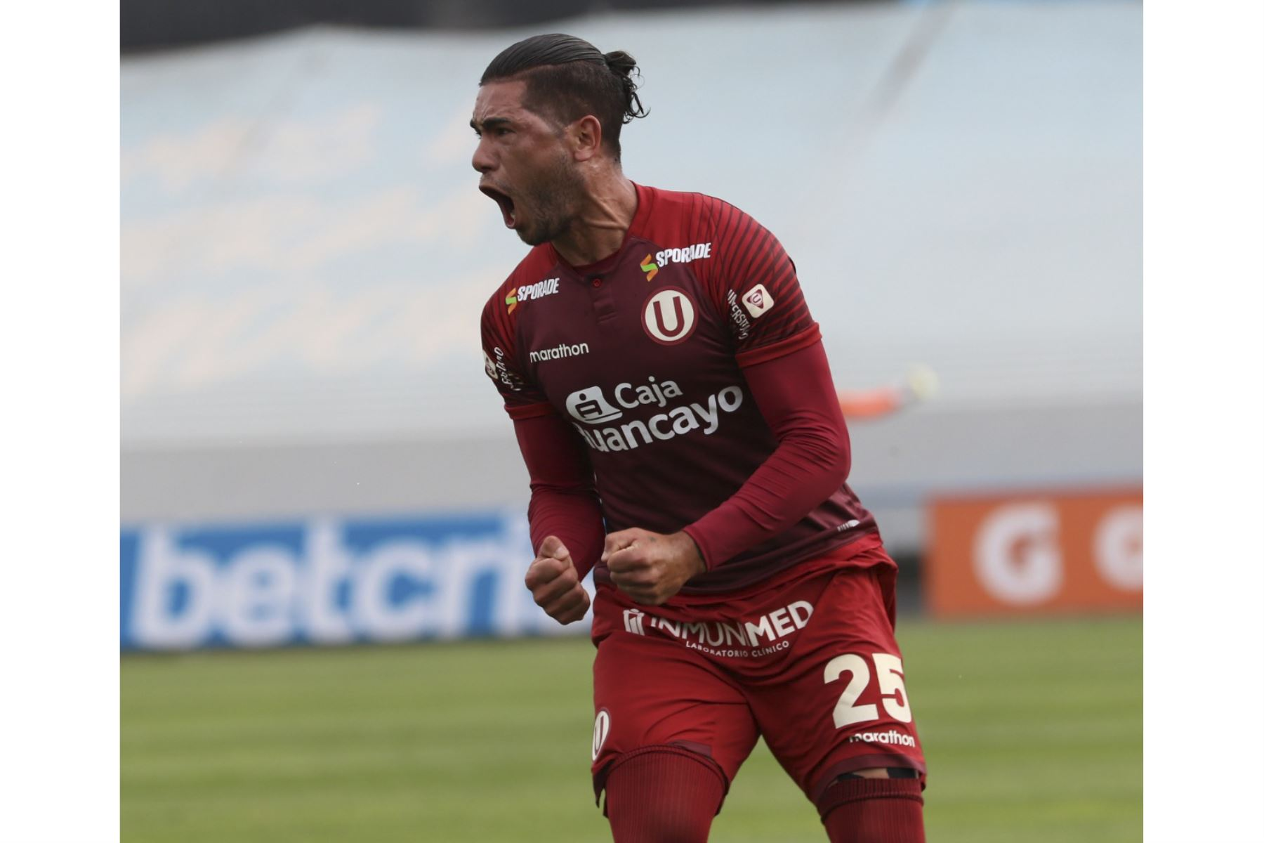 Jonathan Dos Santos celebra luego de anotar en la goleada de Universitario de Deportes a Deportivo Municipal que culminó 5-0 por la fecha 15 del Torneo Apertura de la Liga 1.   Foto: FPF