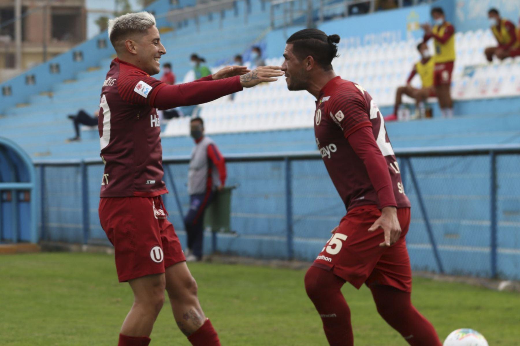 Jonathan Dos Santos celebra con Alejandro Hohberg luego de anotar en la goleada de Universitario de Deportes a Deportivo Municipal que culminó 5-0 por la fecha 15 del Torneo Apertura de la Liga 1.   Foto: FPF