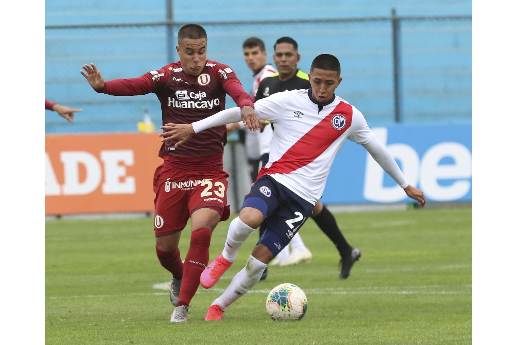 Jesús Barco de Universitario disputa el balón con Junior Ross de Deportivo Municipal durante el encuentro entre ambas escuadras que culminó 5-0 por la fecha 15 del Torneo Apertura de la Liga 1.   Foto: FPF