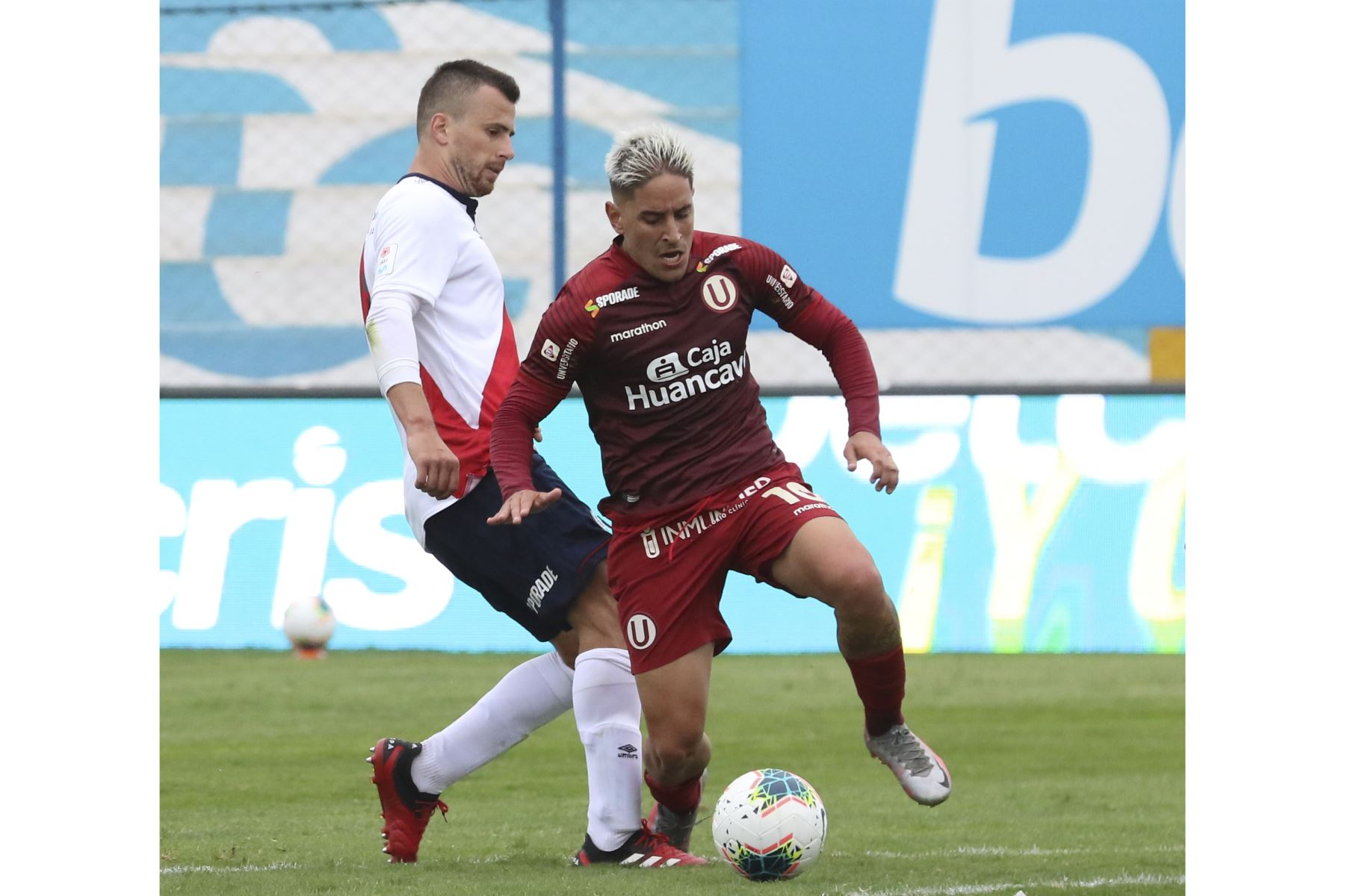 Alejandro Hohberg disputa el balón en la goleada de Universitario de Deportes a Deportivo Municipal que culminó 5-0 por la fecha 15 del Torneo Apertura de la Liga 1.   Foto: FPF