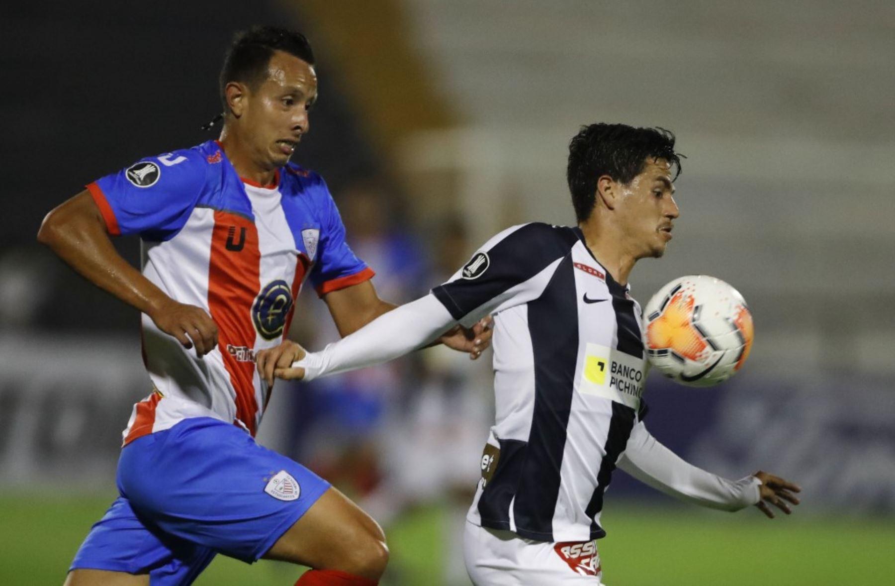 Yorwin Lobo del Estudiantes de Mérida  disputa el balón con Anthony Rosell de Alianza Lima en el encuentro que culminó 2 a 2 por la Copa Libertadores.  Foto: AFP