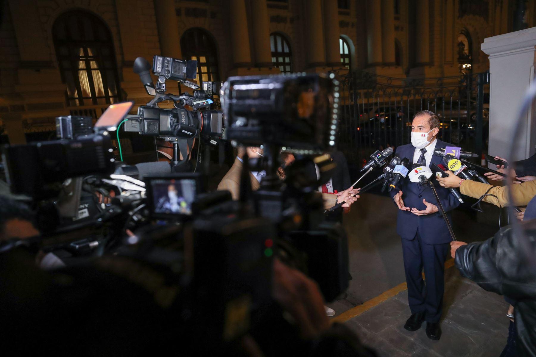 El jefe del Gabinete Ministerial, Walter Martos, llegó al Parlamento para sostener una reunión con el presidente del Congreso, Manuel Merino, a fin de avanzar en la coordinación conjunta de temas que permitan solucionar los problemas que afectan a la población. Foto: PCM