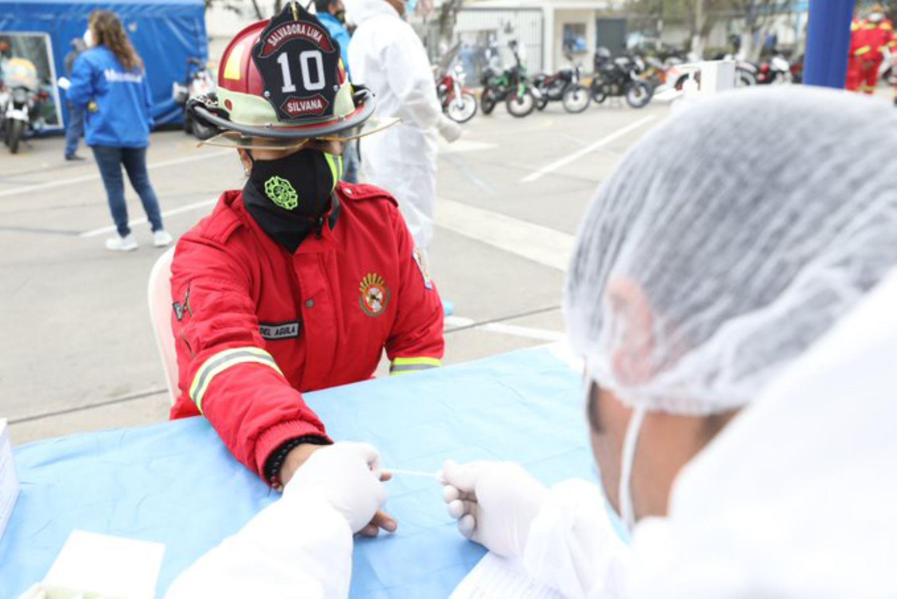 Jornada de despistaje de Covid-19 con pruebas rápidas y moleculares al contingente motorizado del Cuerpo General de Bomberos Voluntarios del Perú en las inmediaciones de la sede central de EsSalud. Foto: ANDINA/EsSalud