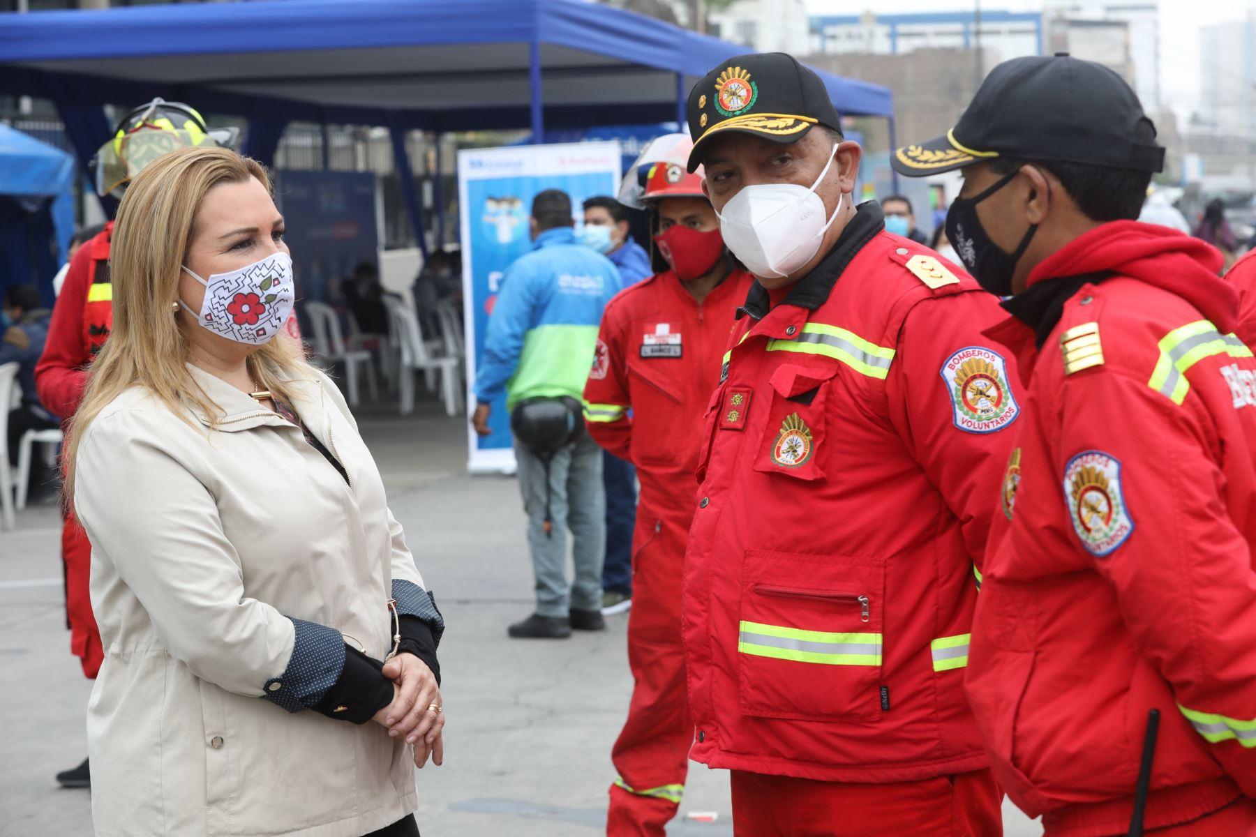 La presidenta ejecutiva de EsSalud, Fiorella Molinelli, supervisó el inicio del megaoperativo para la detección temprana de la covid-19 con 1,000 pruebas moleculares a motorizados que realizan el servicio delivery, así como a miembros de la Policía Nacional y del Cuerpo de Bomberos del Perú. Foto: ANDINA/EsSalud