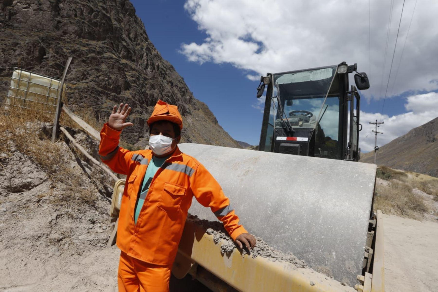 Trabajos de mejoramiento y conservación del Corredor Vial Aplao- Chuquibamba-Cotahuasi-Pausa, los trabajos de inversión de Arranca Perú en el tramo Huaycanotas – Jochapamp. Foto: ANDINA/ Prensa Presidencia