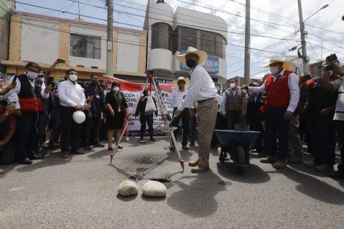 El presidente Martín Vizcarra, coloca la primera piedra de la ampliación y mejoramiento del sistema de agua potable y alcantarillado de la localidad de Corire