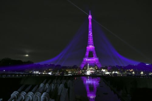 París: la Torre Eiffel se ilumina de rosa para concienciar sobre prevención del cáncer de mama