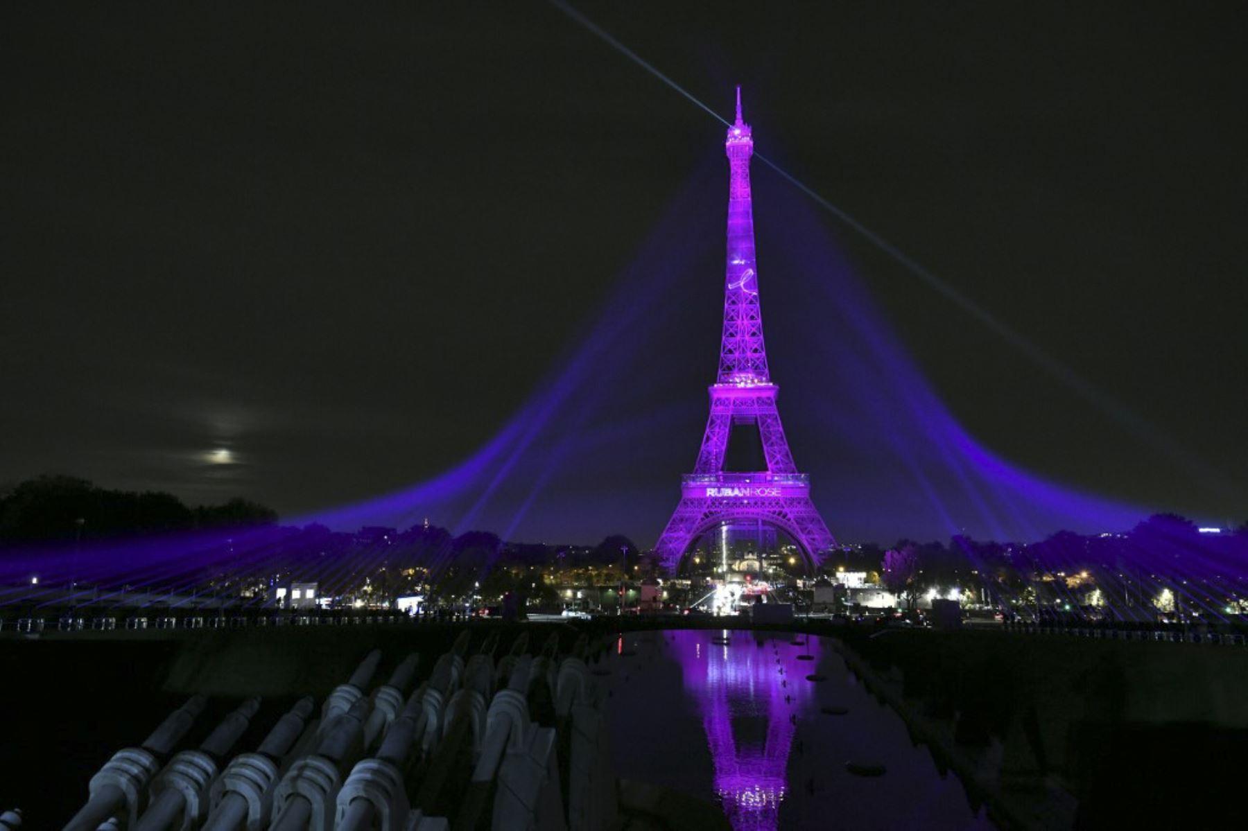 """La Torre Eiffel se muestra iluminada en rosa para marcar el inicio de la """"Octobre Rose"""" (Octubre Rosa) o el Mes de Concientización sobre el Cáncer de Mama en París. Foto: AFP"""