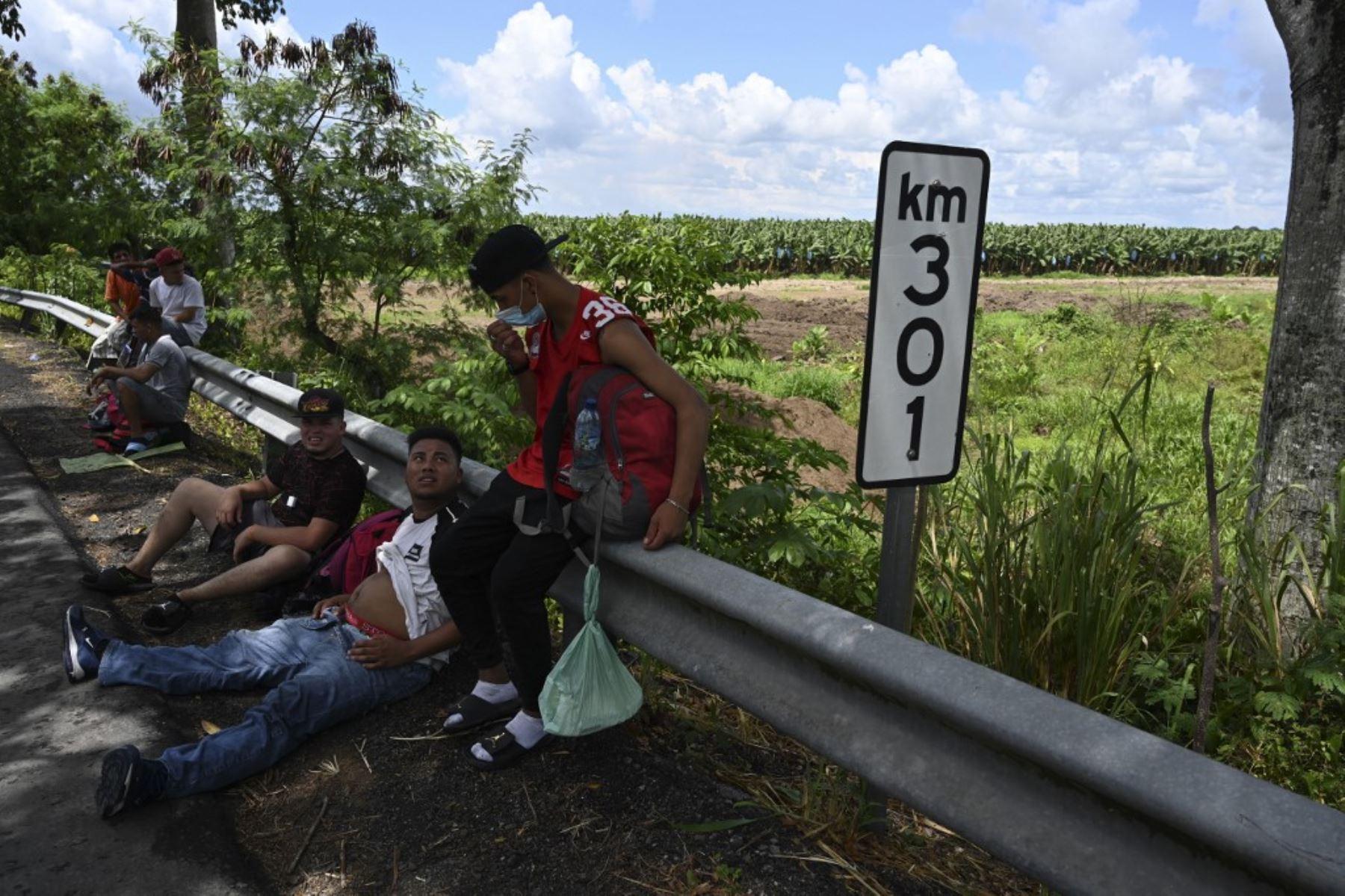 Migrantes hondureños, parte de una caravana rumbo a Estados Unidos, descansan en Entre Ríos, Guatemala, luego de cruzar la frontera desde Honduras. Foto: AFP