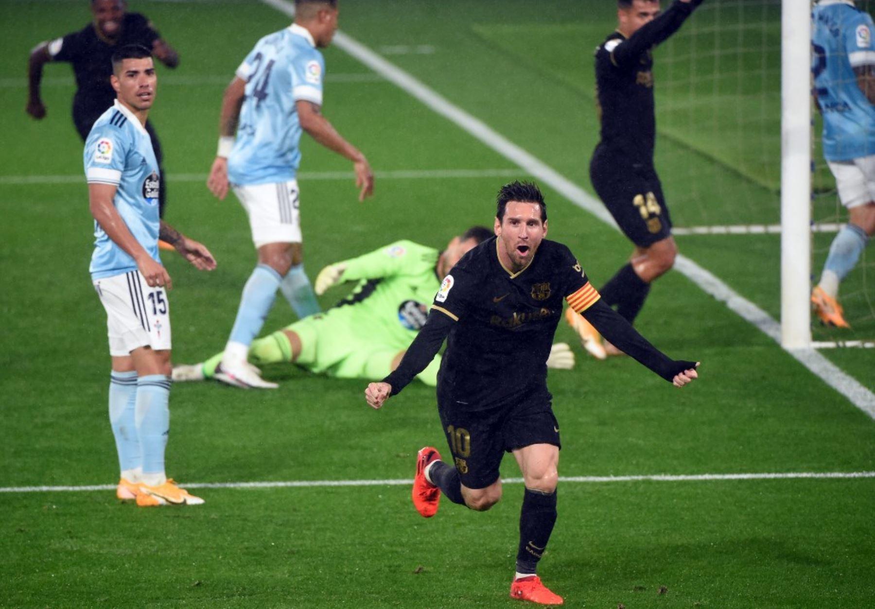 El delantero argentino del Barcelona Lionel Messi celebra el gol en propia puerta del defensor uruguayo del Celta Vigo Lucas Olaza durante el partido de fútbol de la liga española RC Celta de Vigo contra el FC Barcelona en el estadio Balaidos de Vigo .Foto:AFP