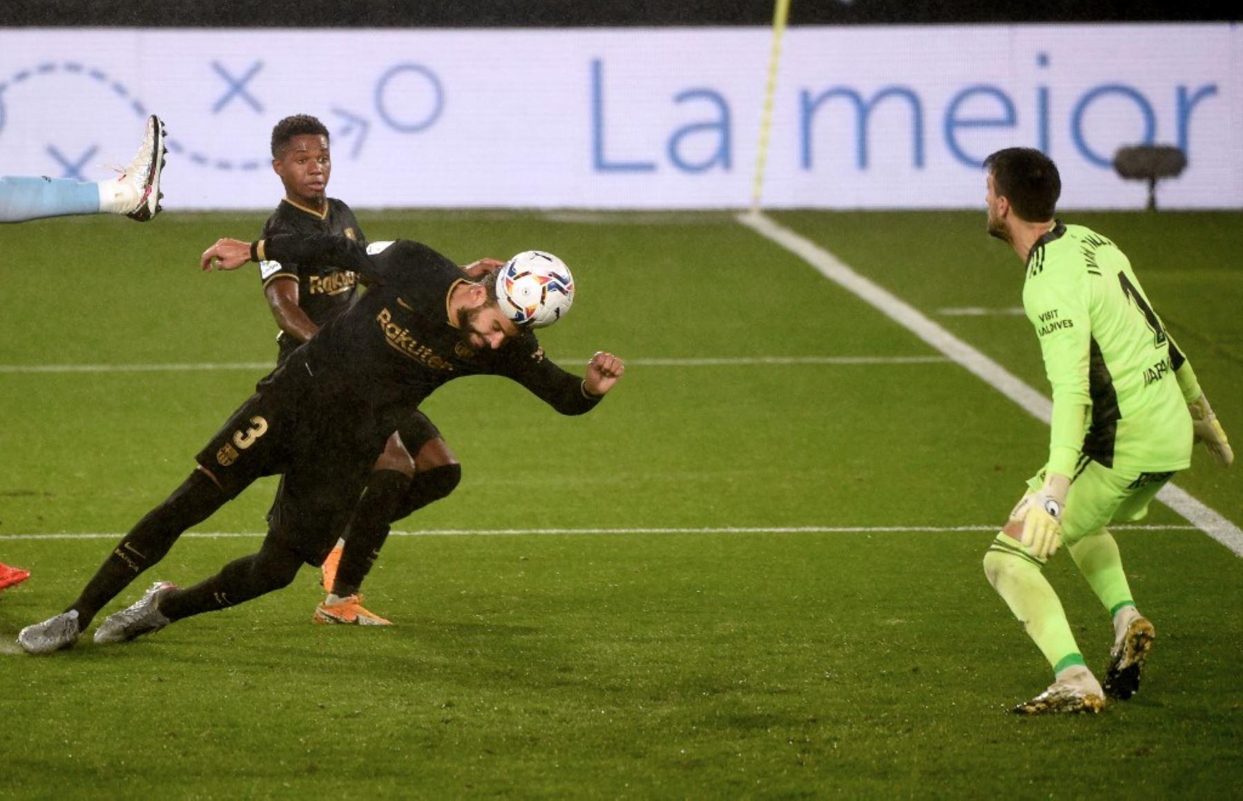 El defensor español de Barcelona, Gerard Piqué, cabecea el balón durante el partido de fútbol de la liga española RC Celta de Vigo contra el FC Barcelona en el estadio Balaidos de Vigo.Foto:AFP