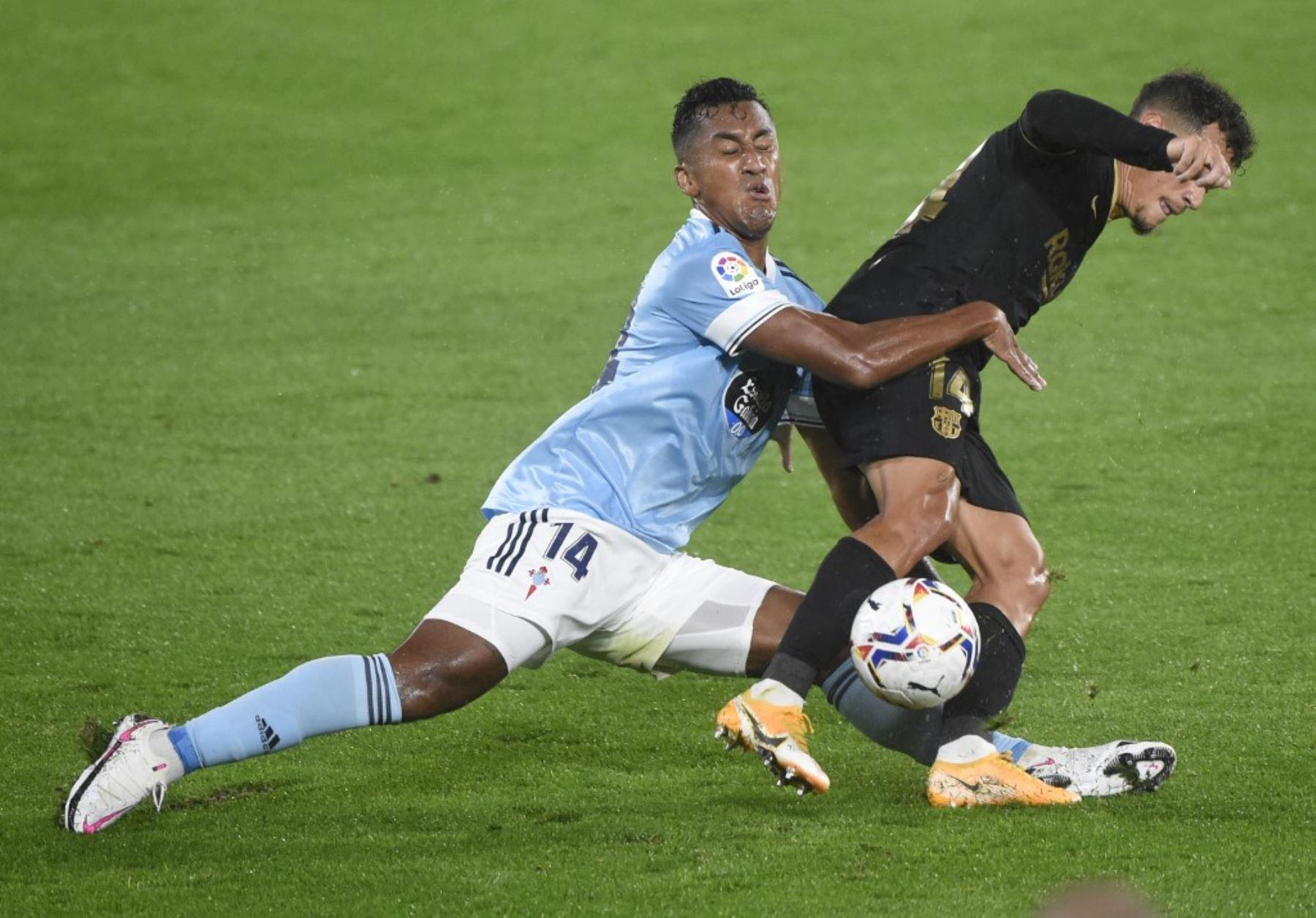 Renato Tapia no puede con la marca de Coutinho y comete falta. Foto: AFP