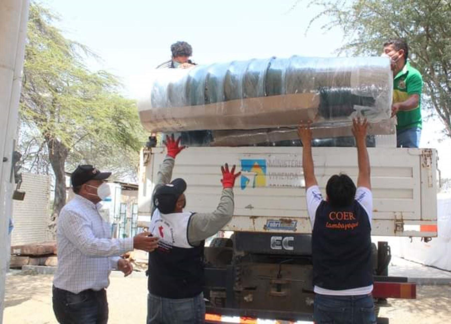 COER Lambayeque entrega bidones a pobladores del distrito de Pacora afectados por la contaminación de agua por arsénico.