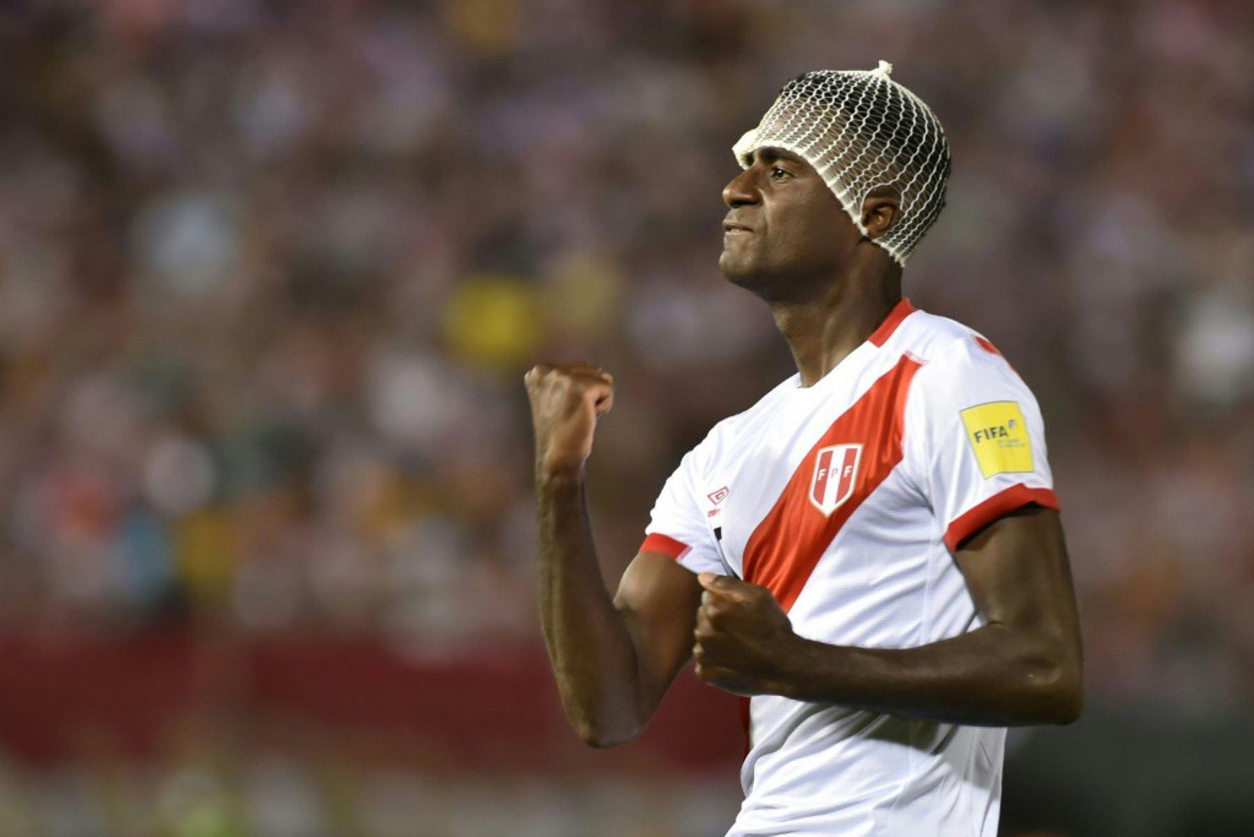 El defensa peruano Christian Ramos celebra tras anotar contra Paraguay. Foto: AFP