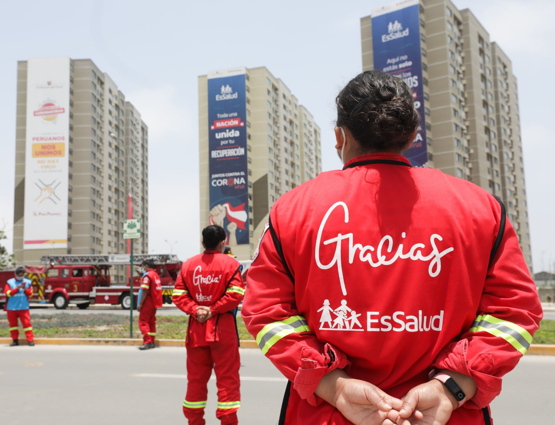 Médicos de EsSalud y bomberos también enviaron un mensaje de aliento a la selección peruana en el partido contra Paraguay. ANDINA/EsSalud